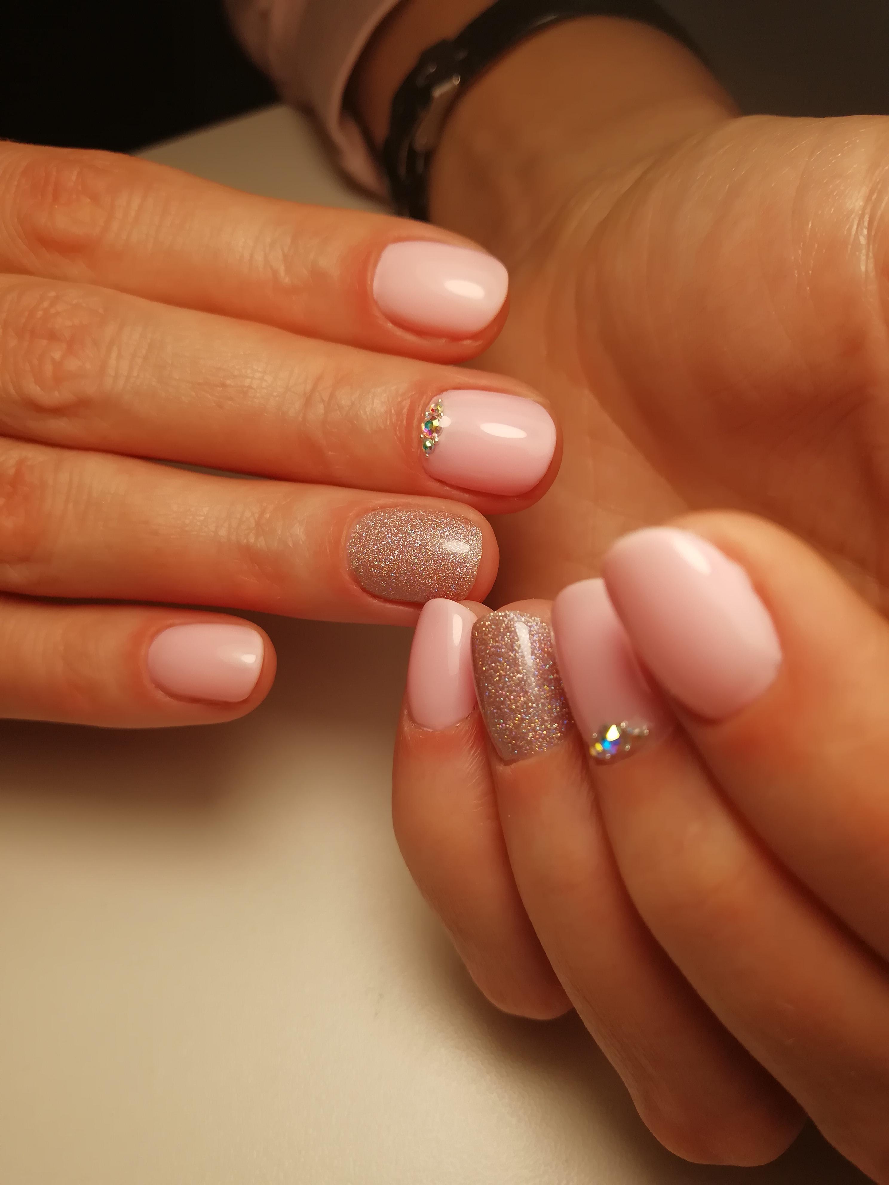 Маникюр с блестками и стразами в розовом цвете.