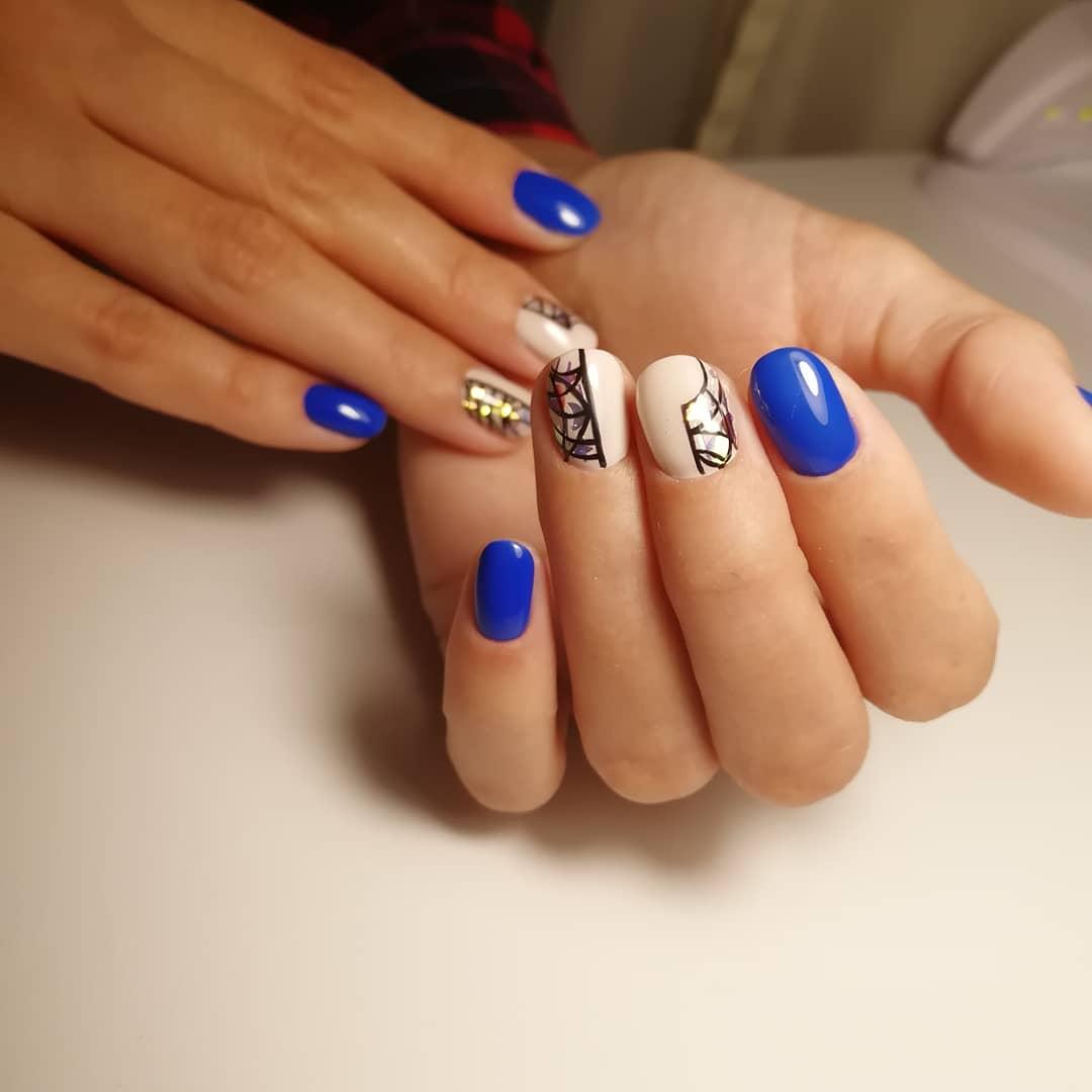 Геометрический маникюр с блестками в синем цвете.