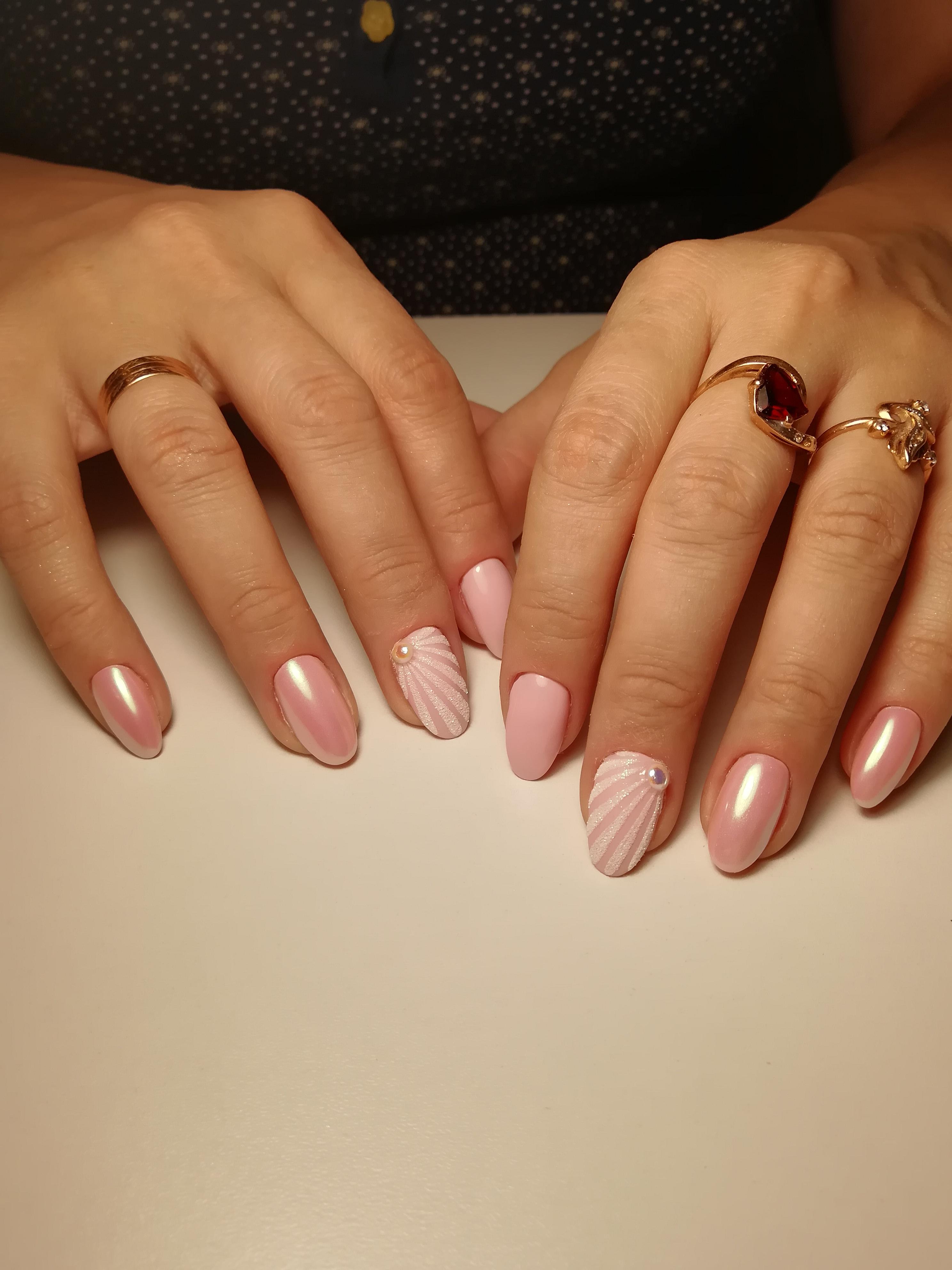 """Маникюр в розовом цвете с втиркой, стразами и объёмным песочными дизайном """"ракушка""""."""