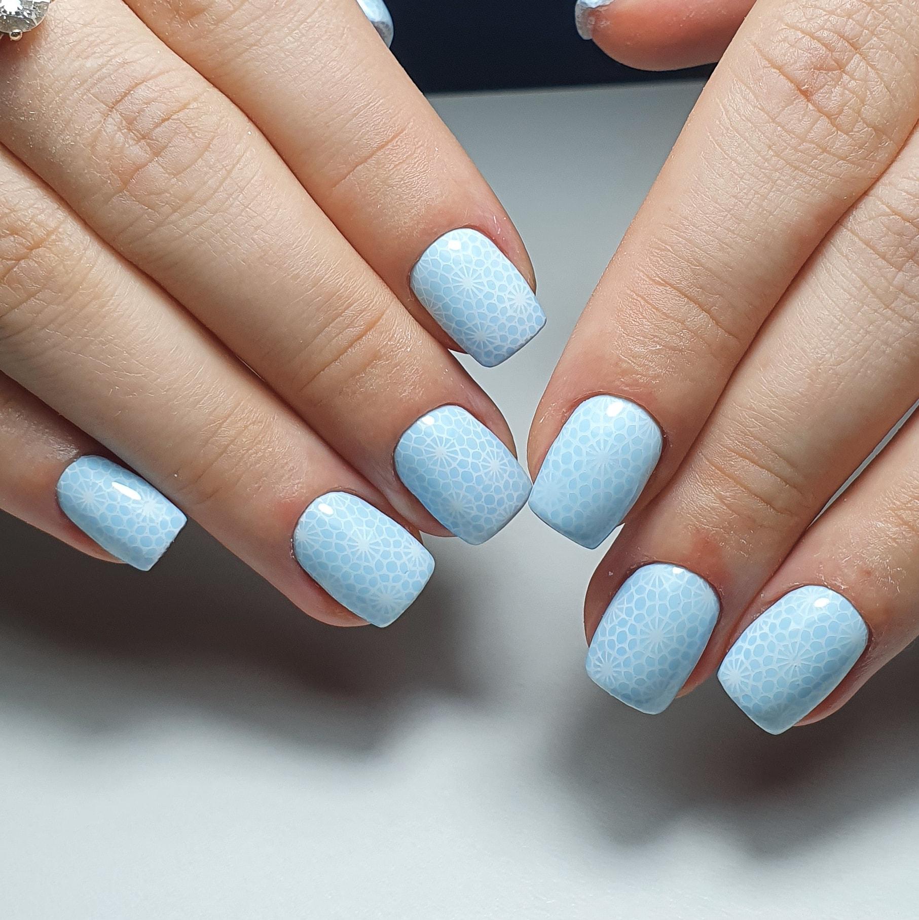 Маникюр со стемпингом в голубом цвете на короткие ногти.