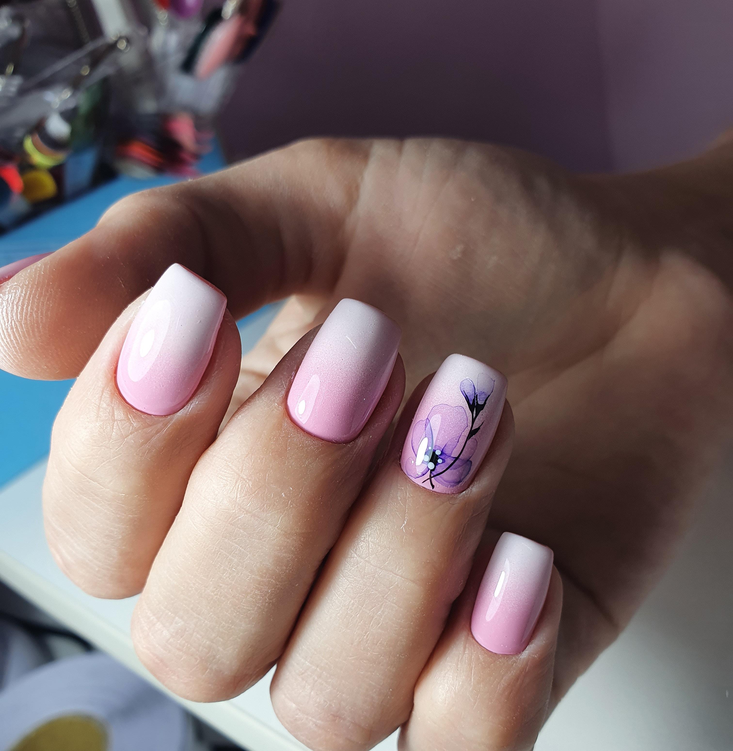 Маникюр с акварельным цветочным рисунком и градиентом в розовом цвете на короткие ногти.