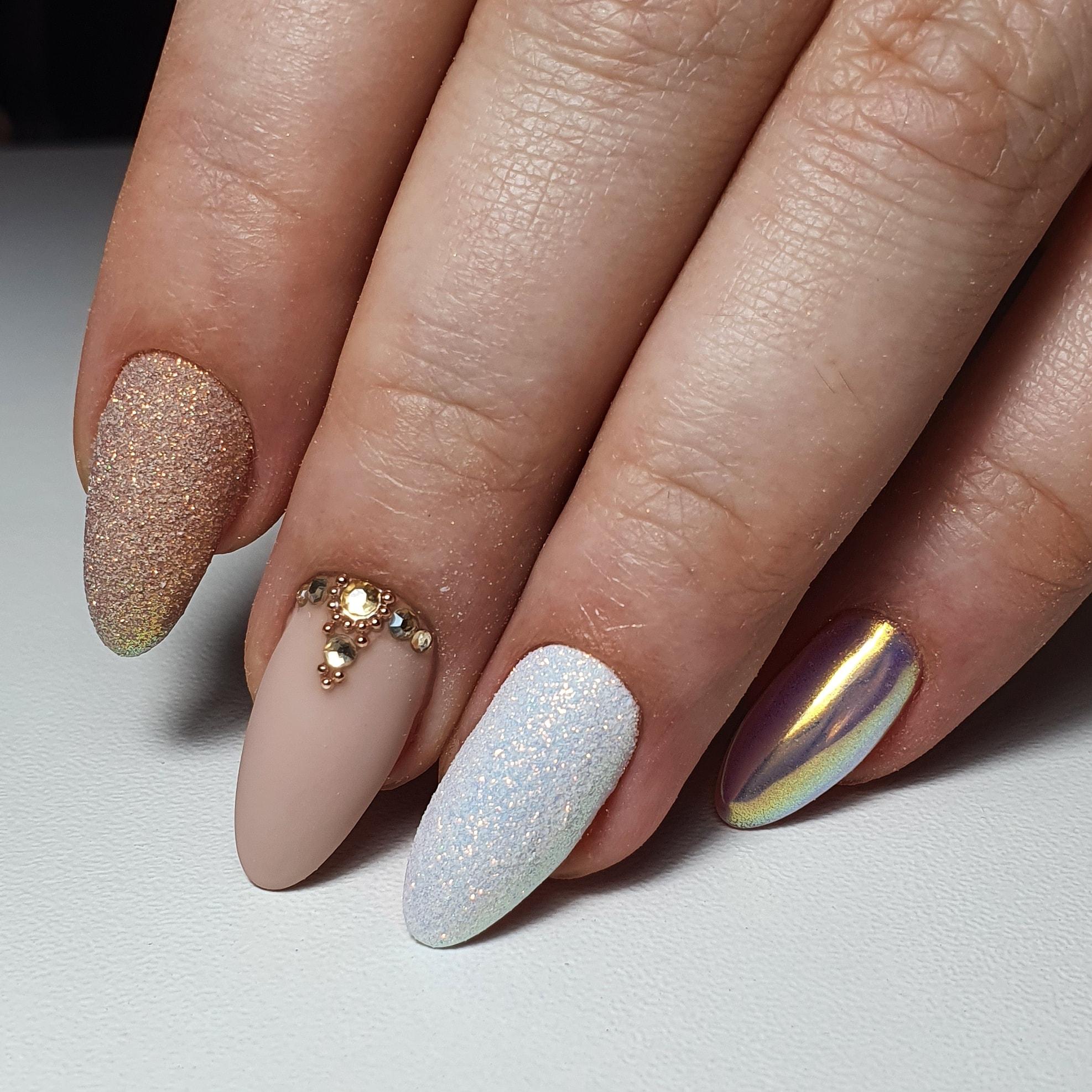Маникюр с песочным дизайном, втиркой и стразами на длинные ногти.