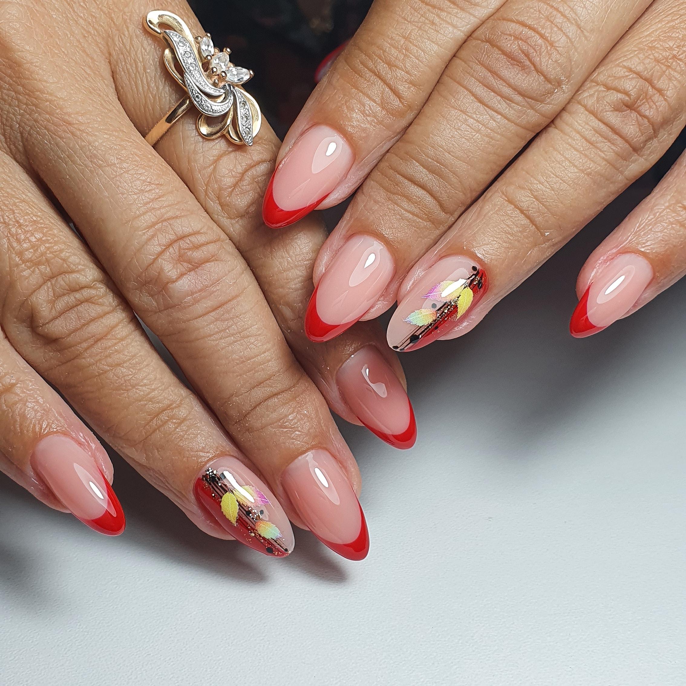 Осенний френч со слайдерами в красном цвете на длинные ногти.