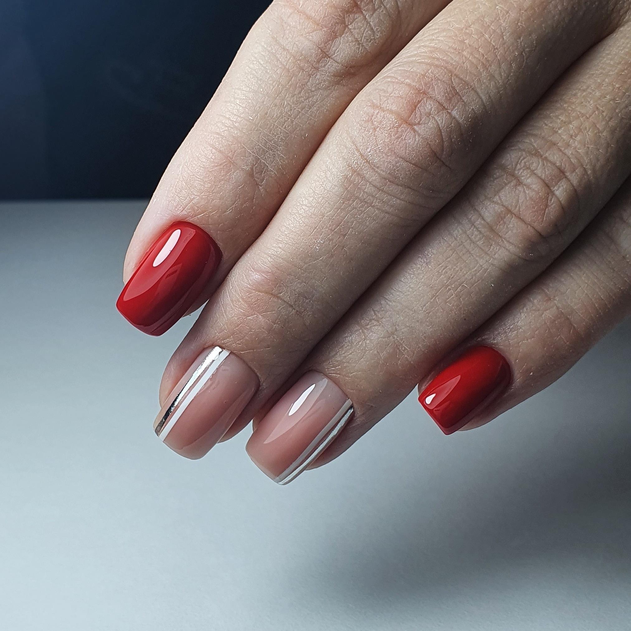 Маникюр с серебряными полосками в бордовом цвете на короткие ногти.