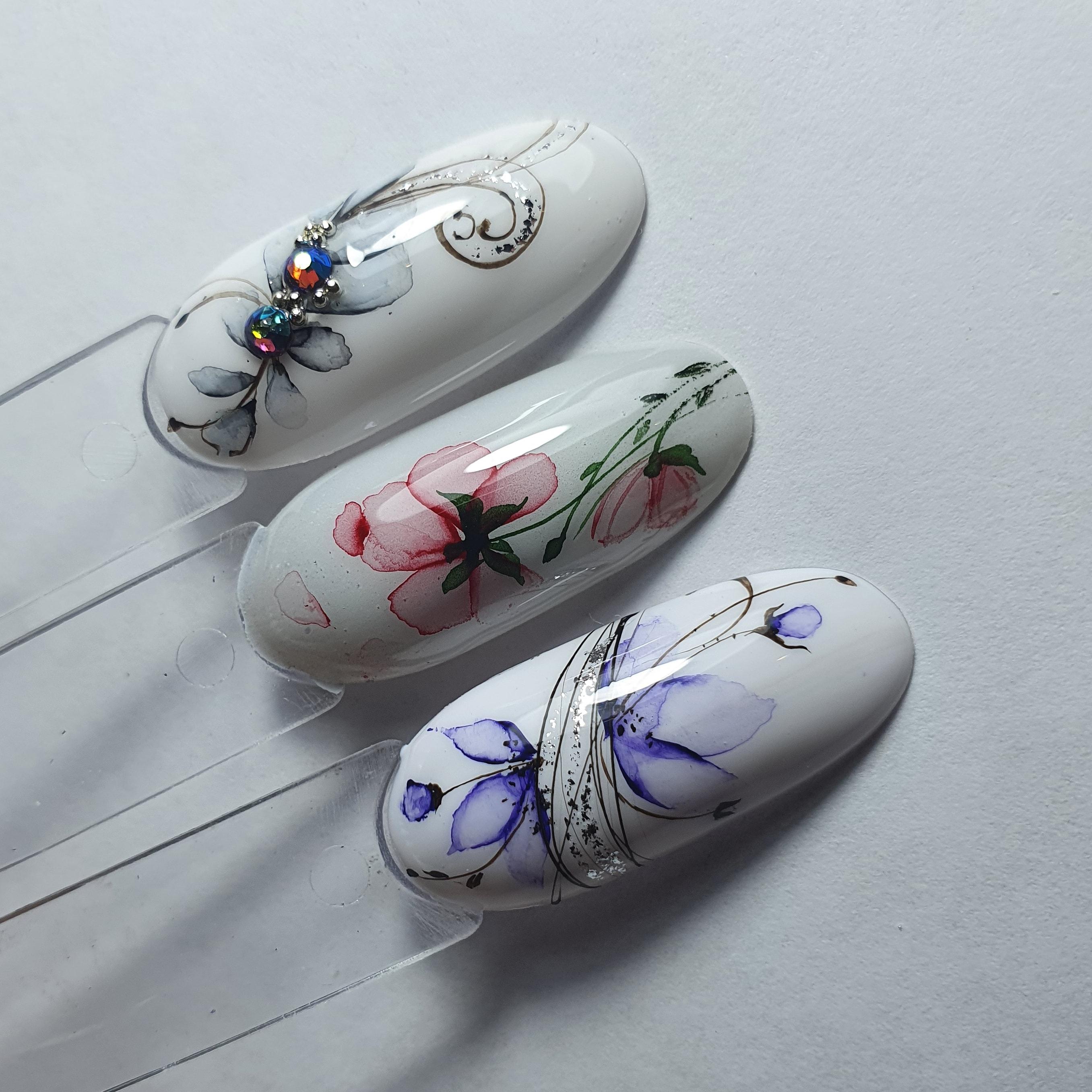 Маникюр с акварельным цветочным рисунком и стразами.