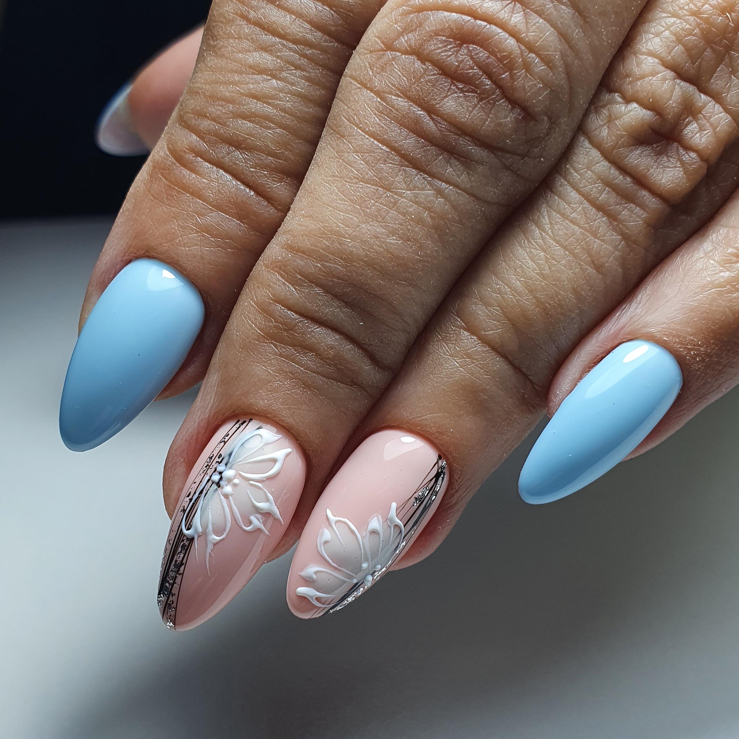 Маникюр с цветочным рисунком и паутинкой в голубом цвете на длинные ногти.