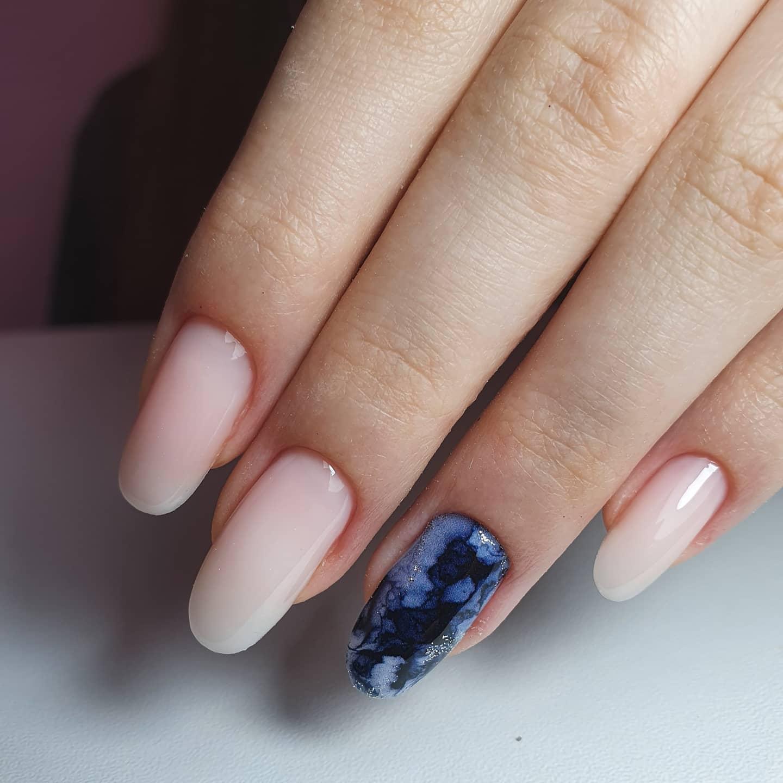 Нюдовый маникюр с мраморным дизайном на длинные ногти.