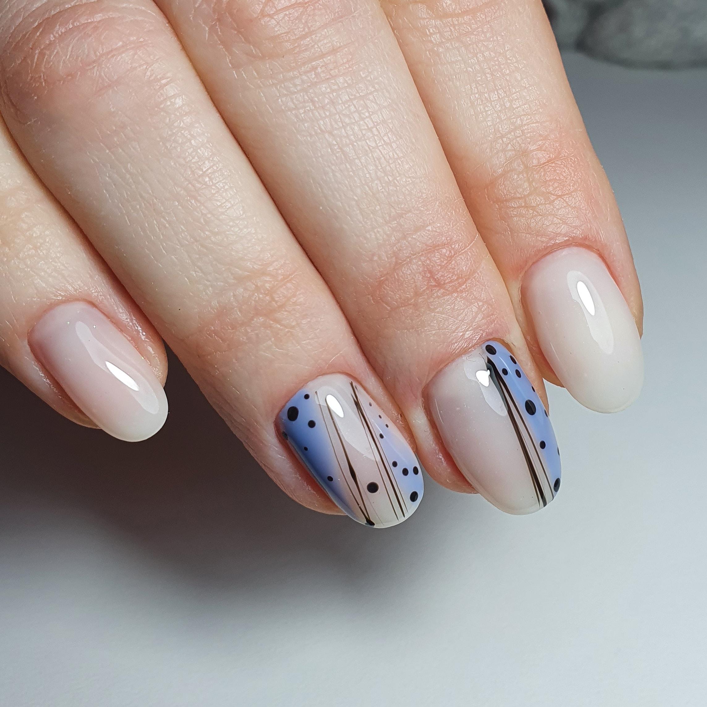 Маникюр с абстрактным рисунком в молочном цвете на короткие ногти.