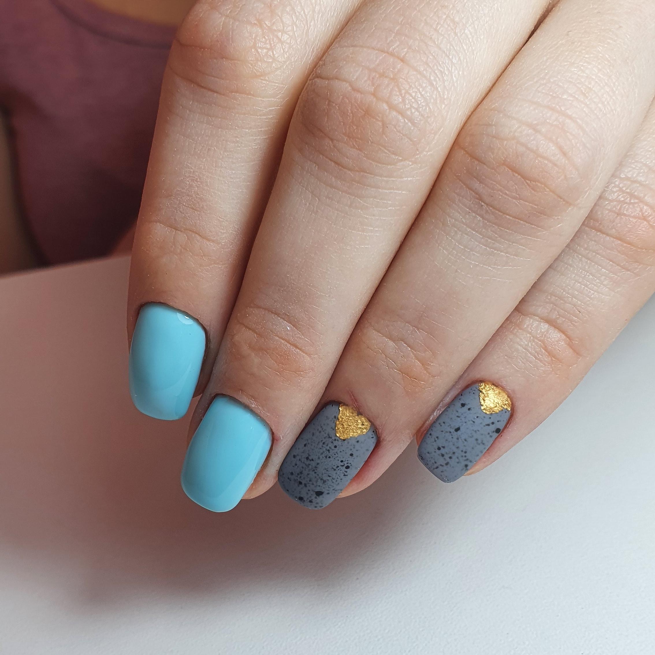 Маникюр с матовым лунным дизайном и золотыми блестками на короткие ногти.