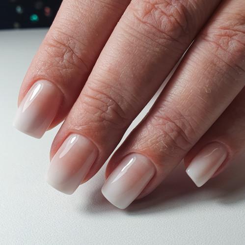 Омбре на коротких ногтях выглядит нежно.