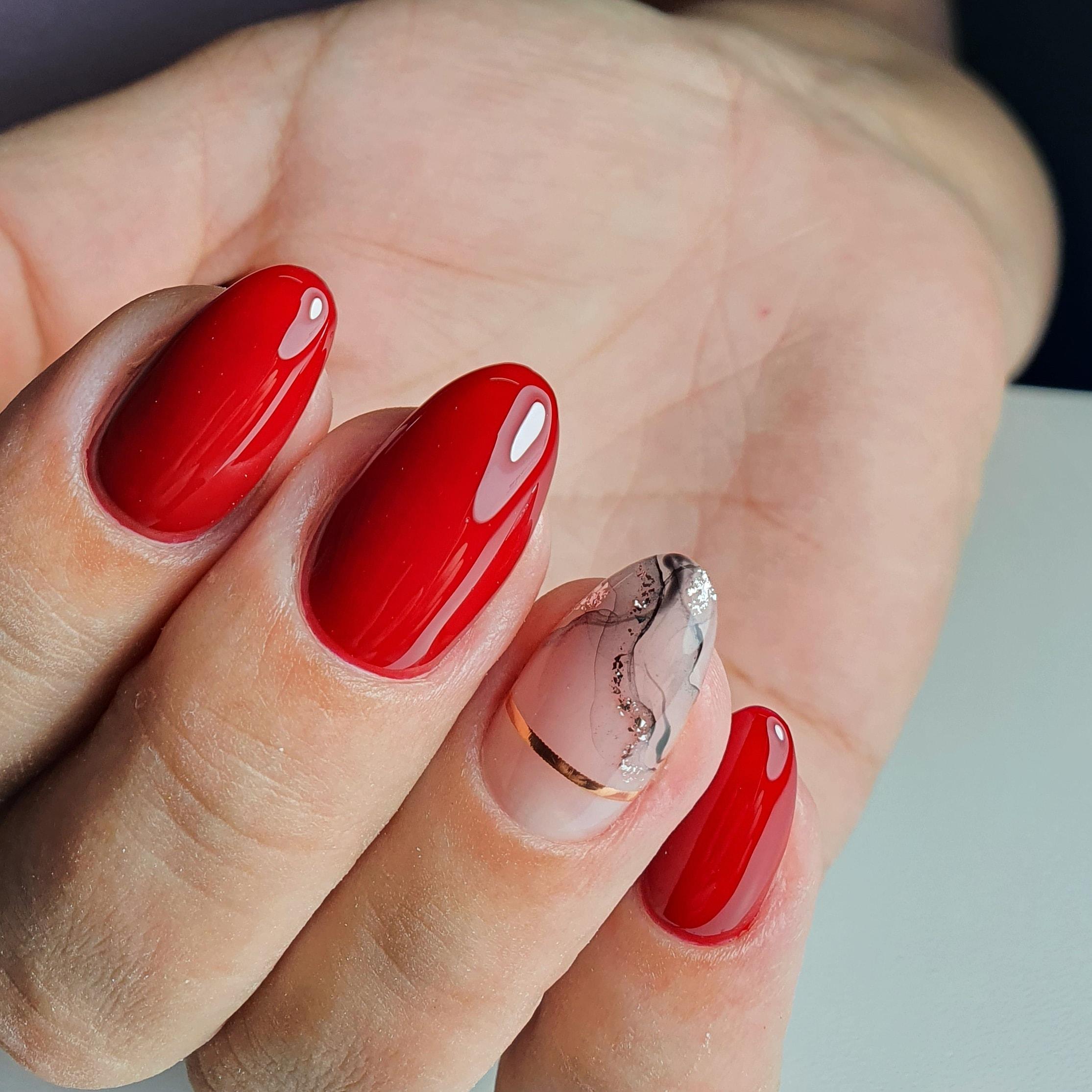 Маникюр с акварельным рисунком и золотыми полосками в красном цвете на короткие ногти.