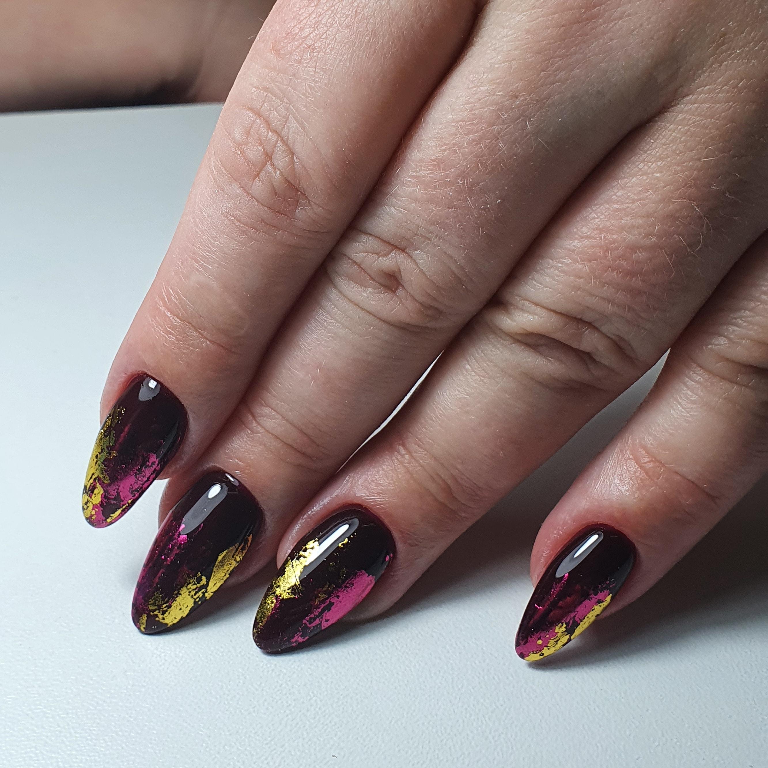 Маникюр с цветной фольгой в баклажановом цвете на длинные ногти.