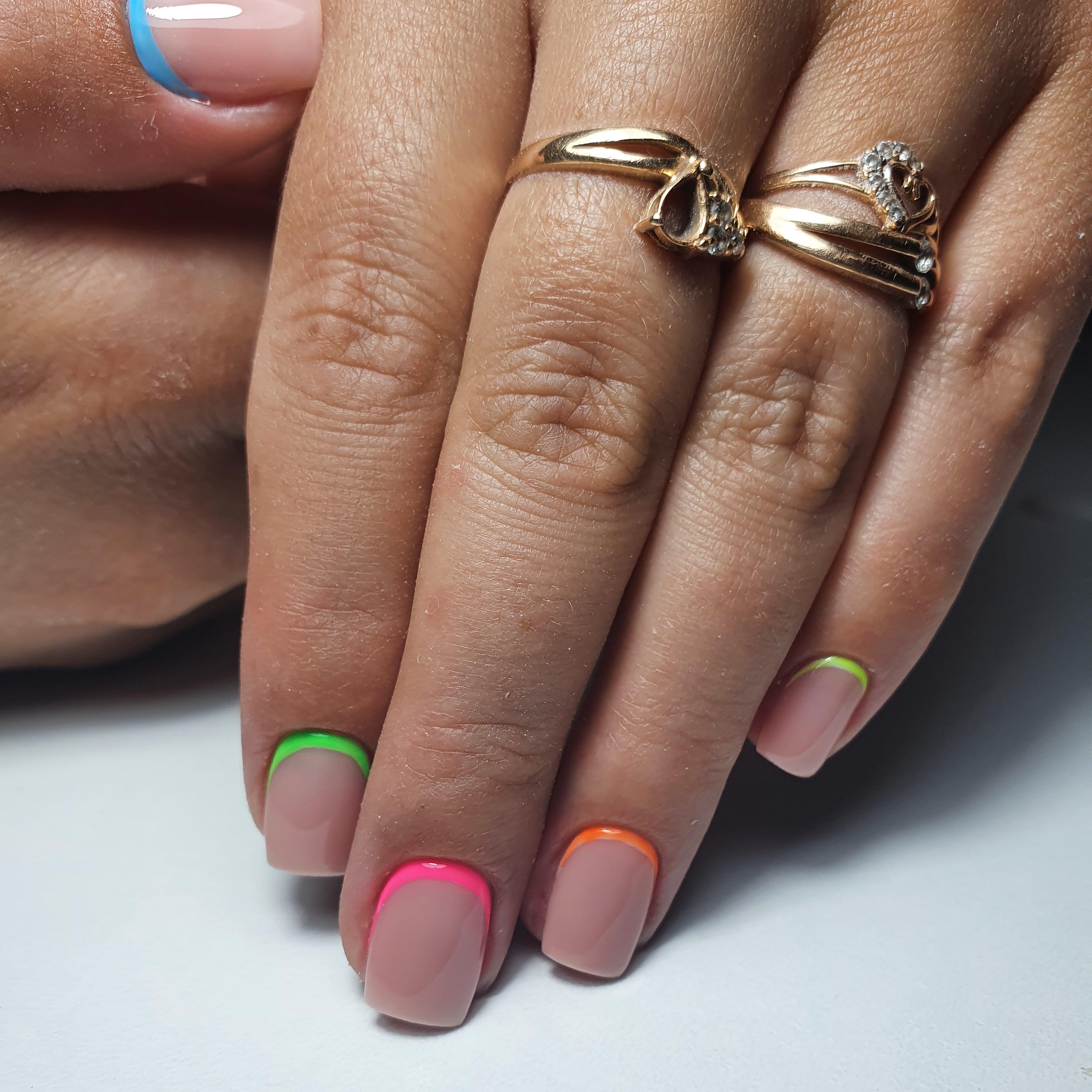 Нюдовый маникюр с цветным лунным дизайном на короткие ногти.