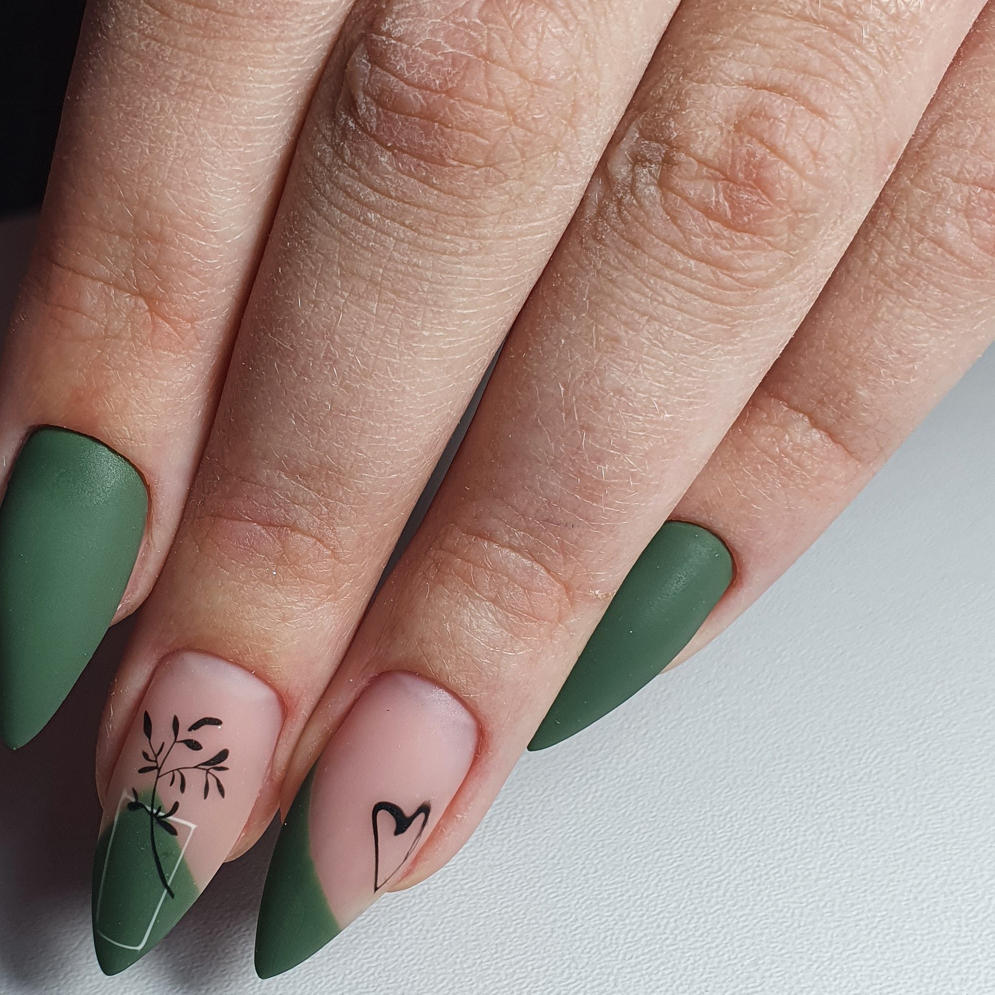 Матовый маникюр с рисунками в зеленом цвете на длинные ногти.