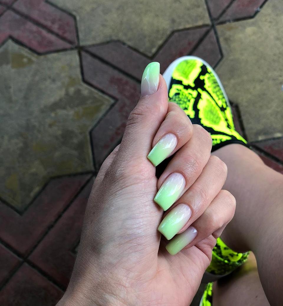 Маникюр с градиентом в салатовом цвете на длинные ногти.
