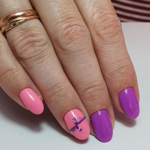 Маникюр розовый с голубым и бантиками.