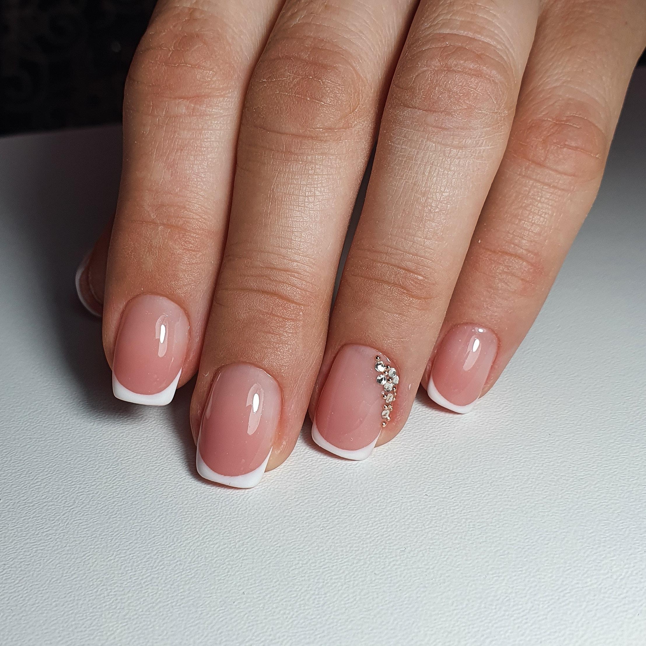 Французский маникюр со стразами на короткие ногти.