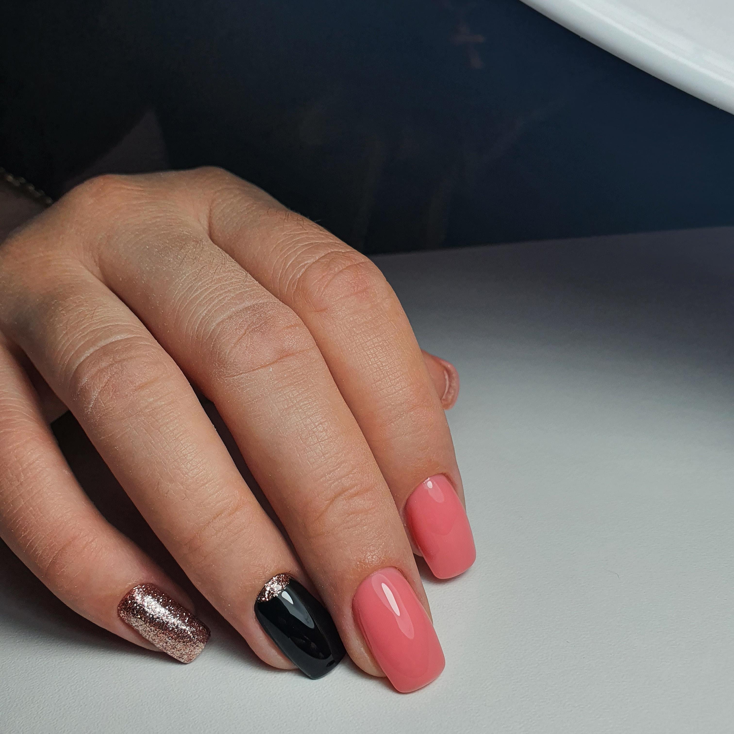 Маникюр с лунным дизайном и золотыми блестками в розовом цвете.