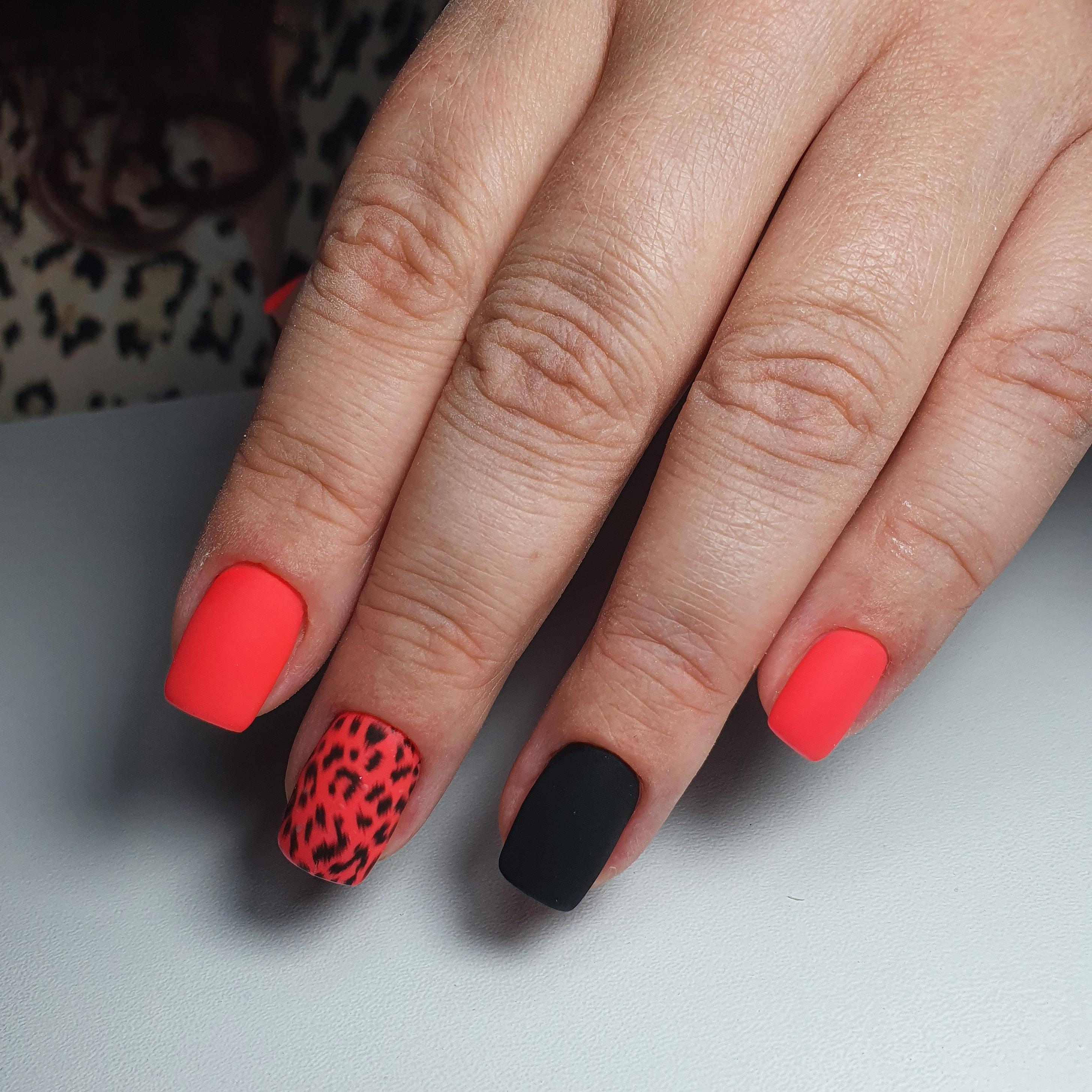 Матовый маникюр с леопардовым принтом в розовом цвете на короткие ногти.