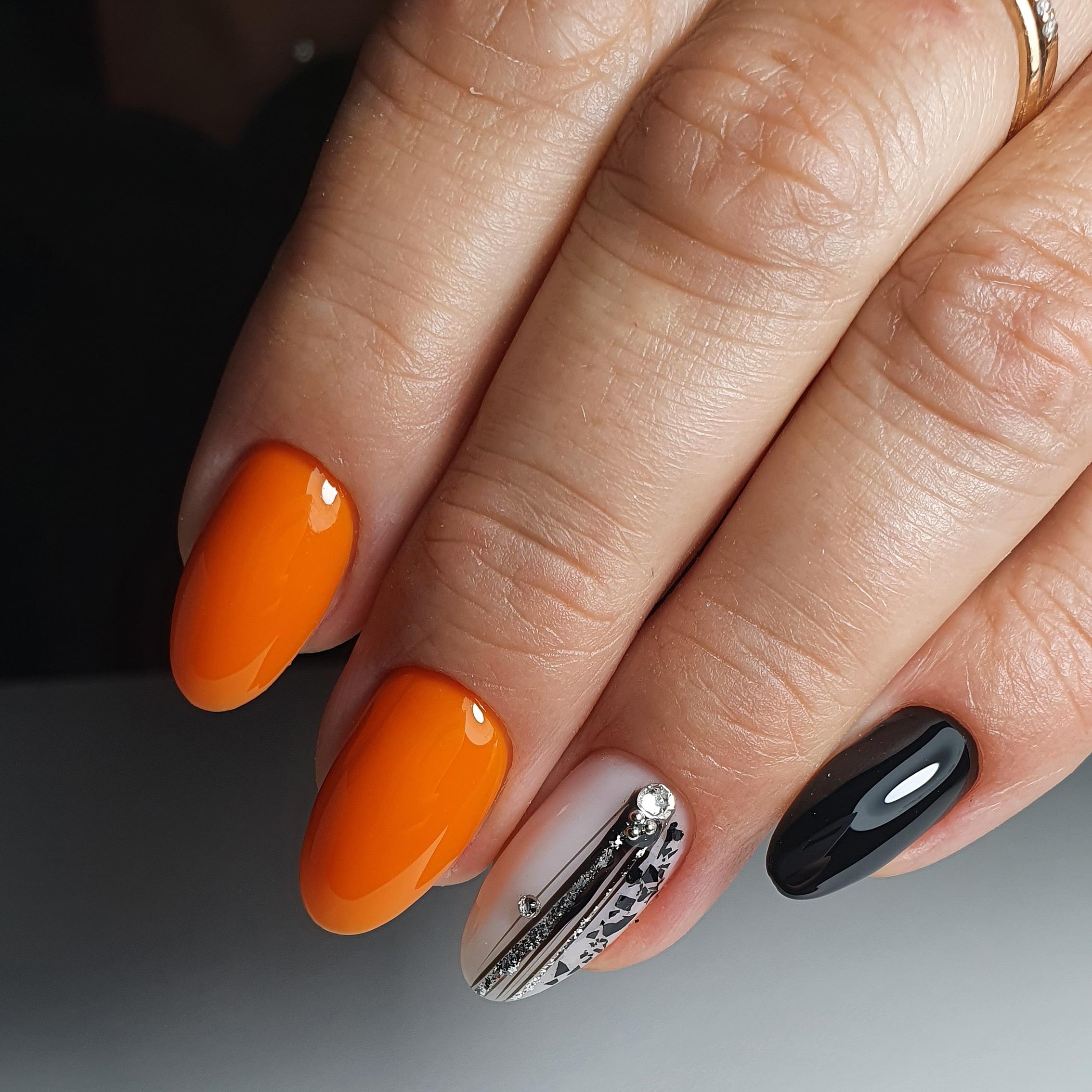 Маникюр с паутинкой и блестками в оранжевом цвете на короткие ногти.
