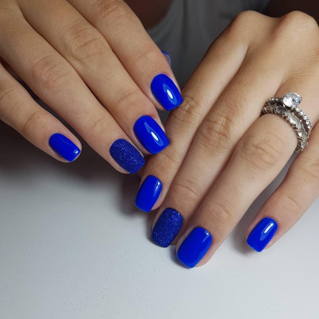 Маникюр с песочным дизайном в синем цвете.