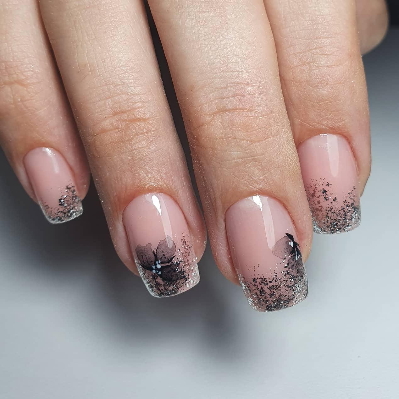 Нюдовый маникюр с акварельным цветочным рисунком и серебряной фольгой на короткие ногти.
