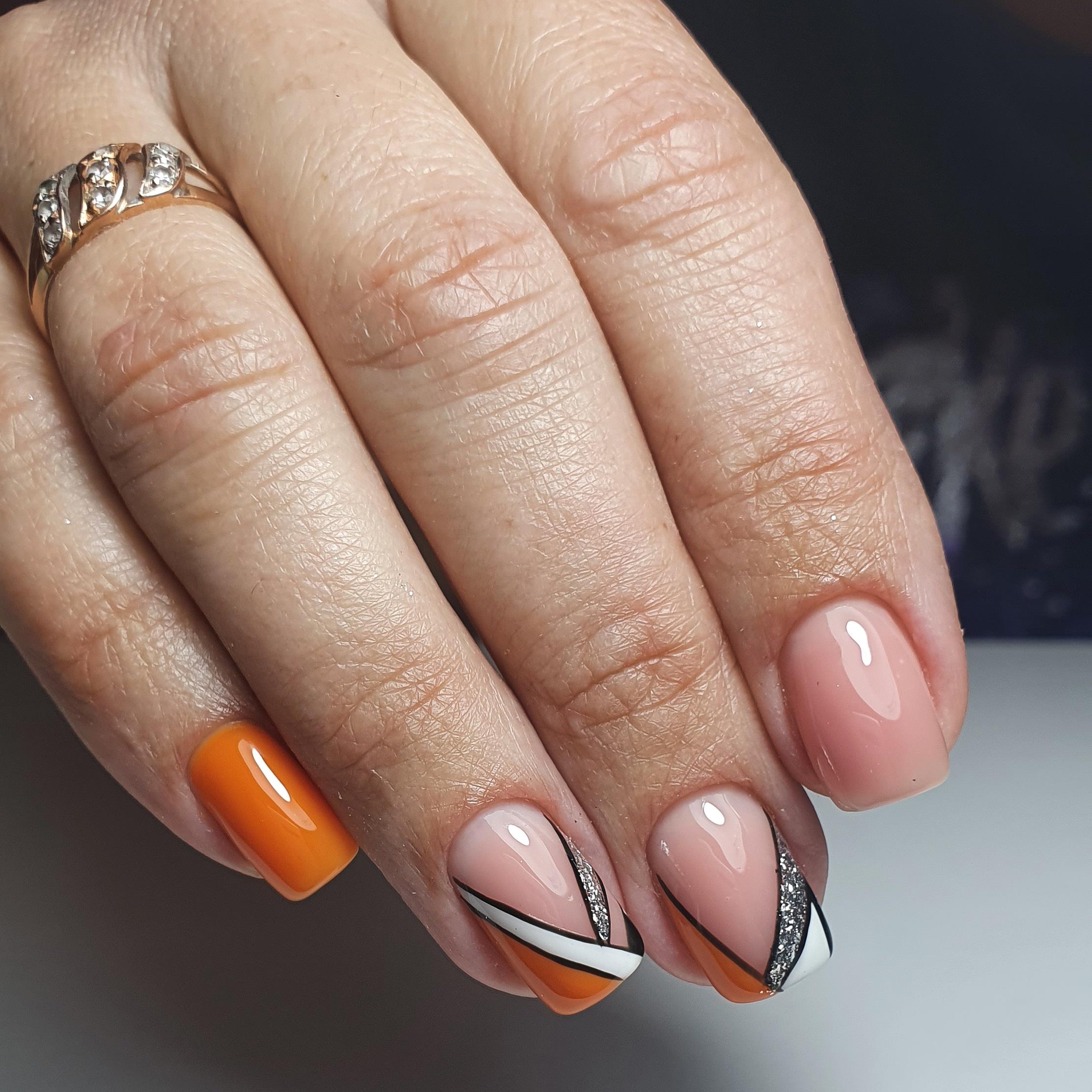 Геометрический маникюр с серебряными блестками на короткие ногти.