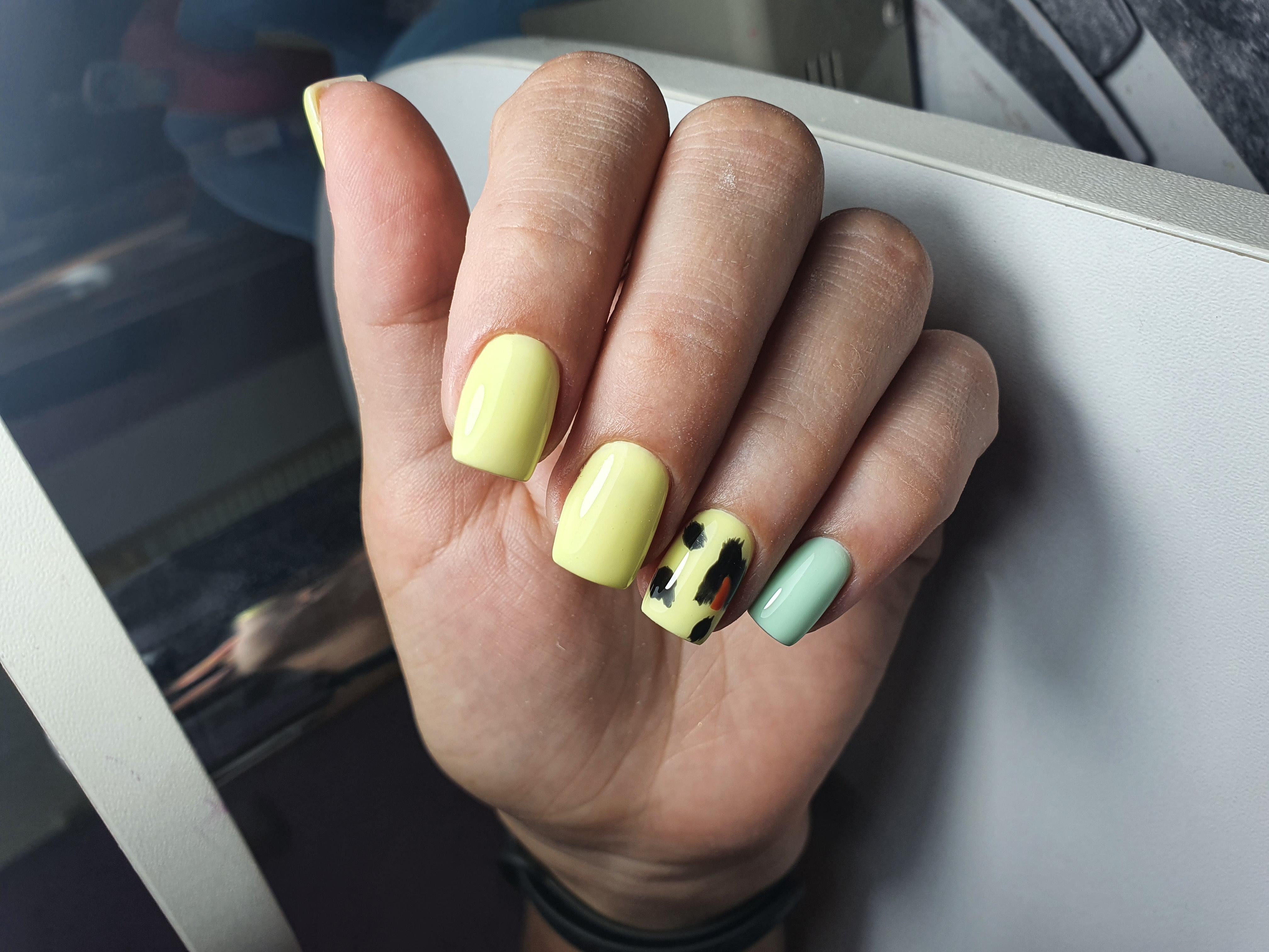 Маникюр с анималистичным принтом в желтом цвете на короткие ногти.