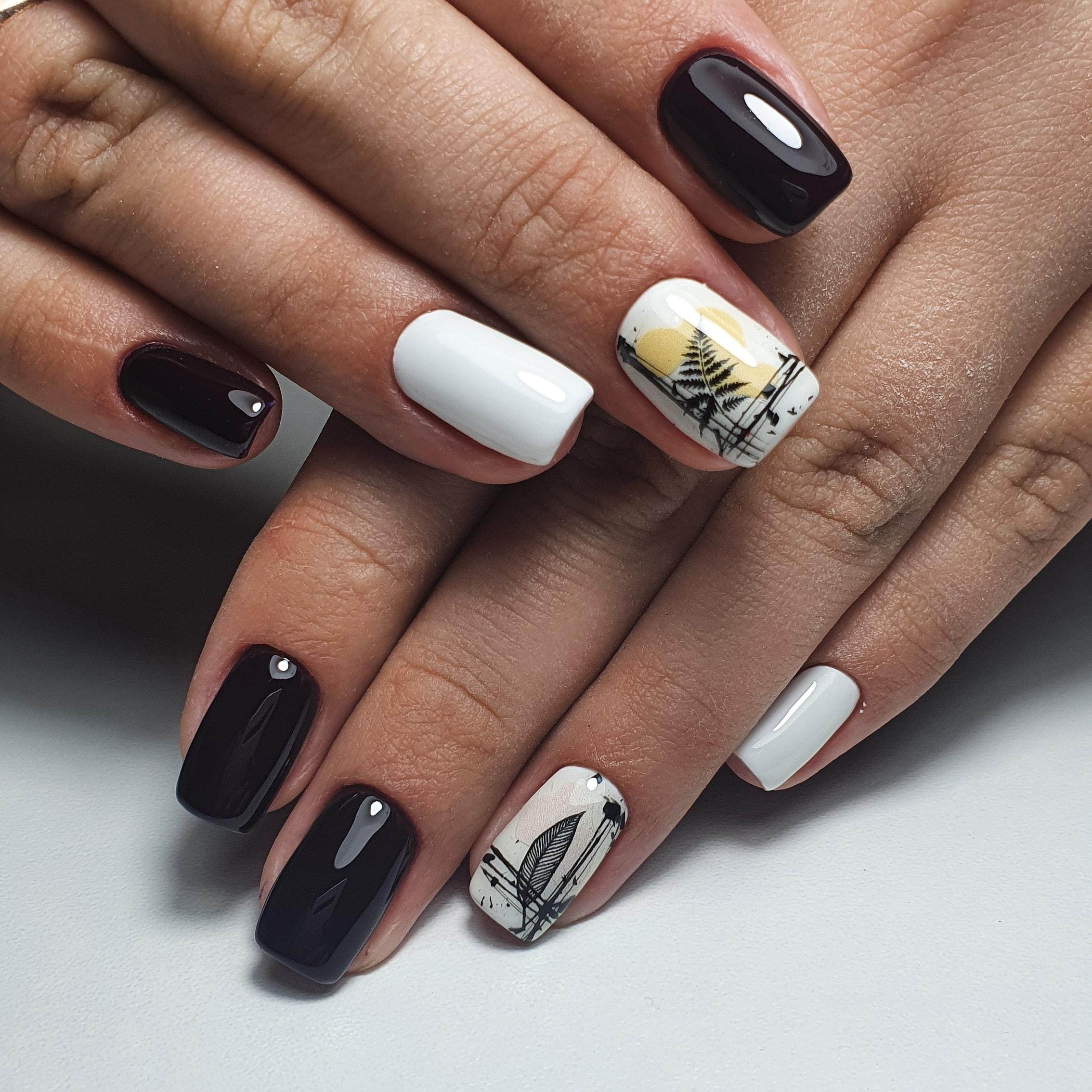 Маникюр с растительными слайдерами в черном цвете на короткие ногти.