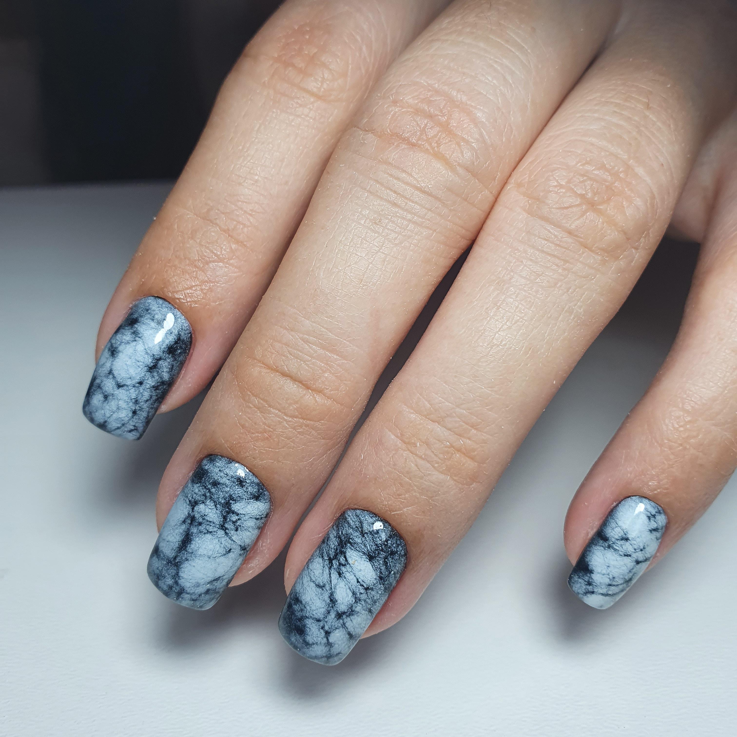Мраморный маникюр на короткие ногти.