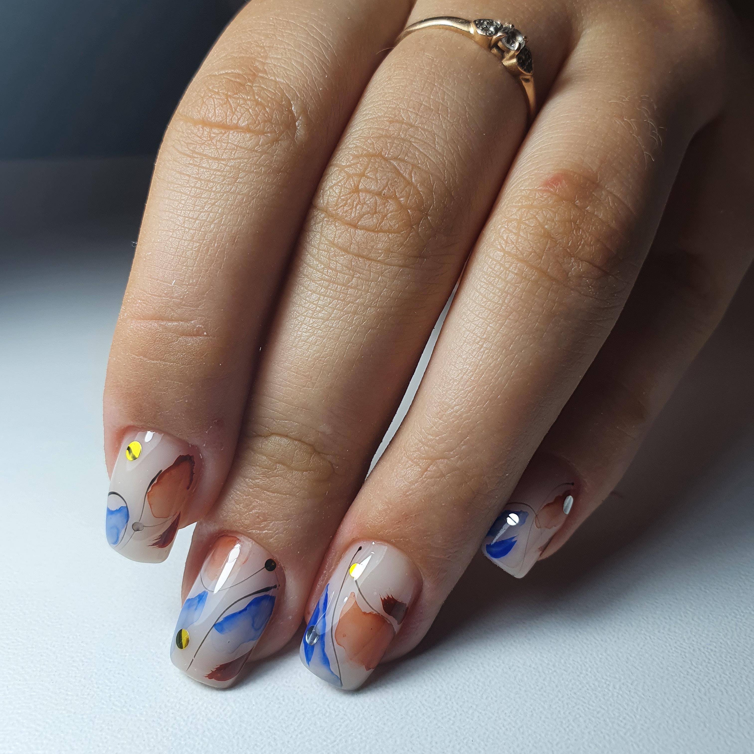 Нюдовый маникюр с акварельным абстрактным рисунком на короткие ногти.