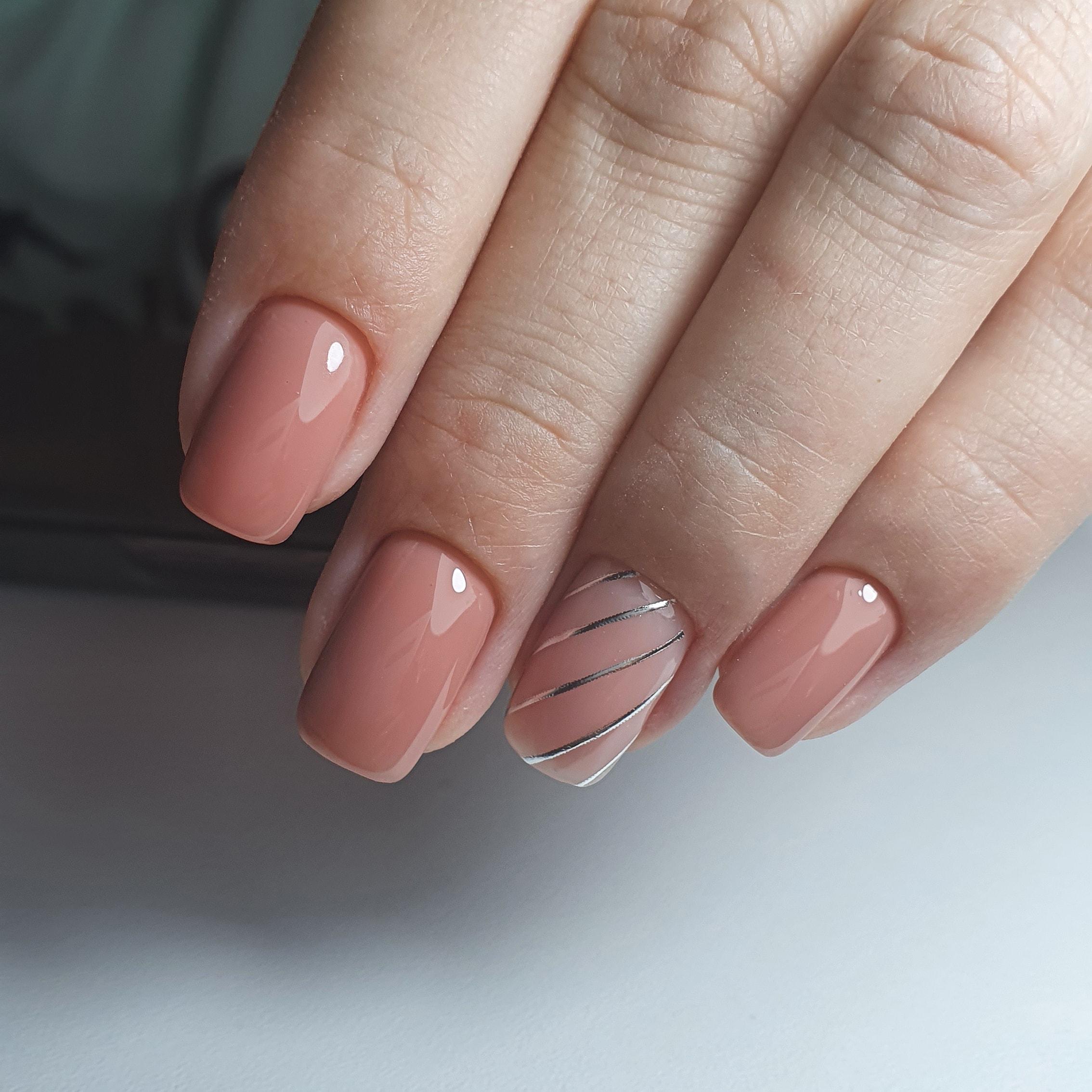 Маникюр с серебряными полосками в пастельных тонах на короткие ногти.