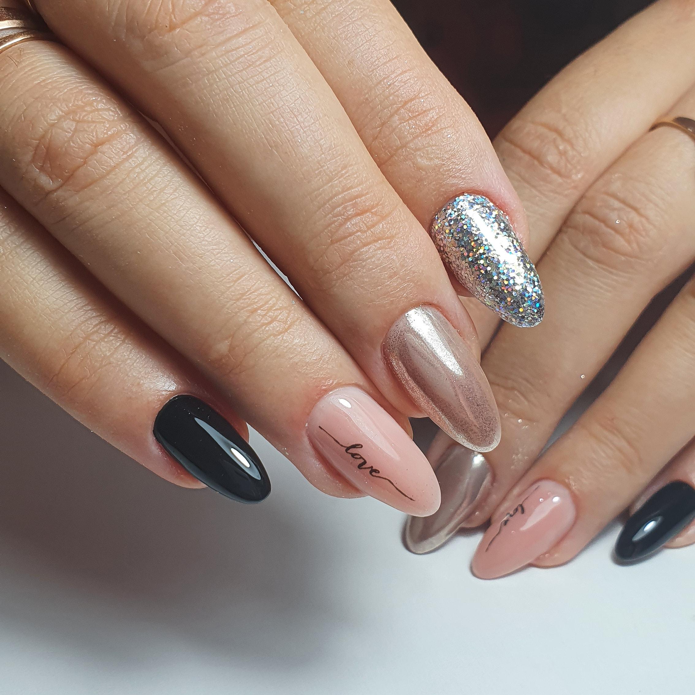 Марикюр с надписями, серебряными блестками и втиркой на длинные ногти.