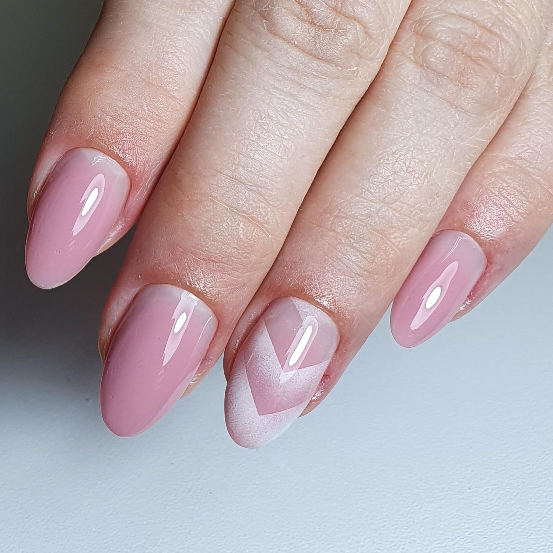 Маникюр с градиентом в розовом цвете.