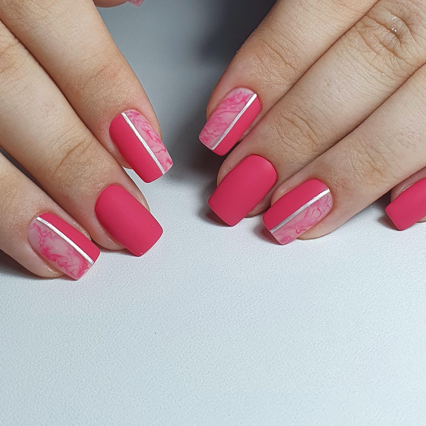 Матовый маникюр с мраморным дизайном и серебряными полосками в розовом цвете на короткие ногти.