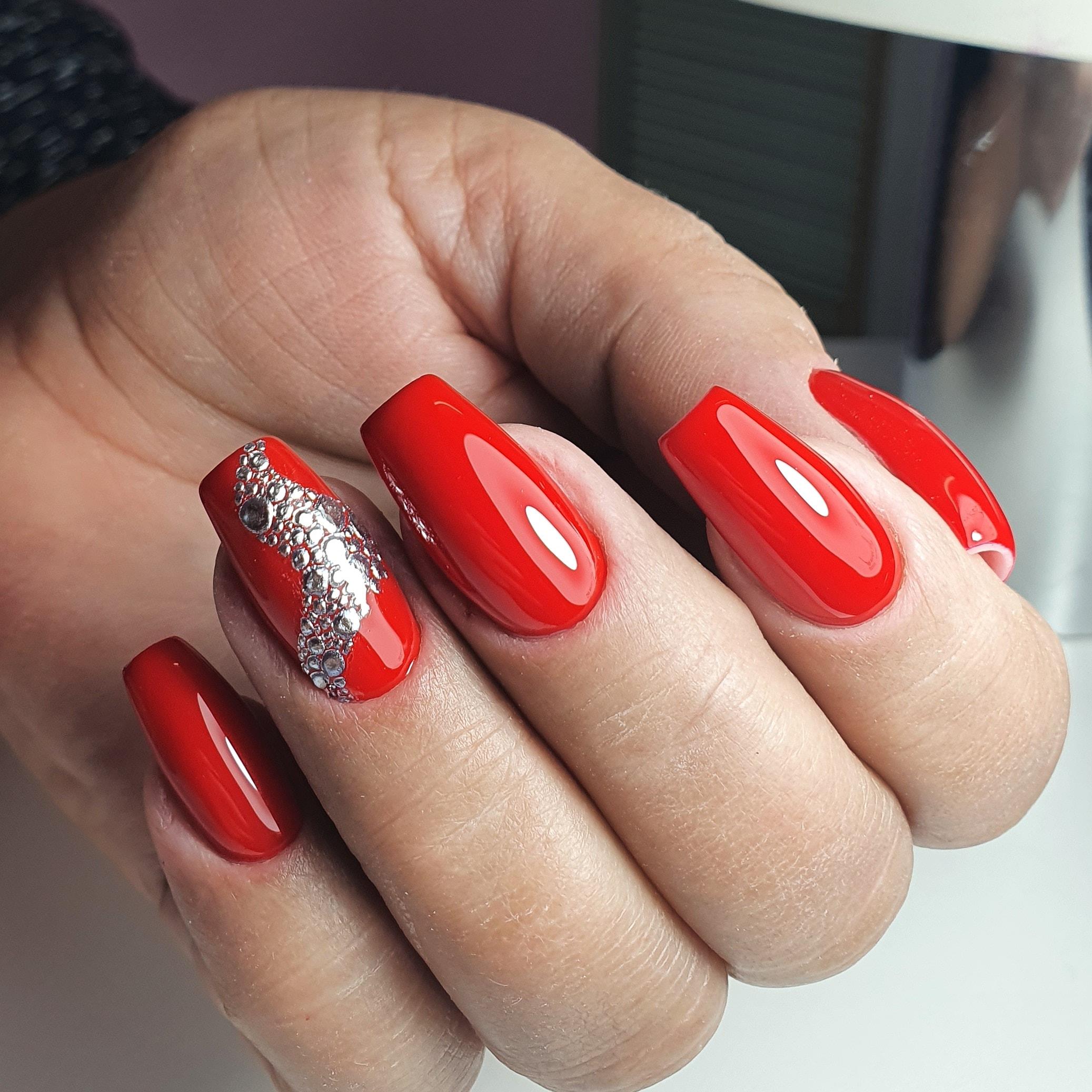 Маникюр с bubble-эффектом в красном цвете на длинные ногти.