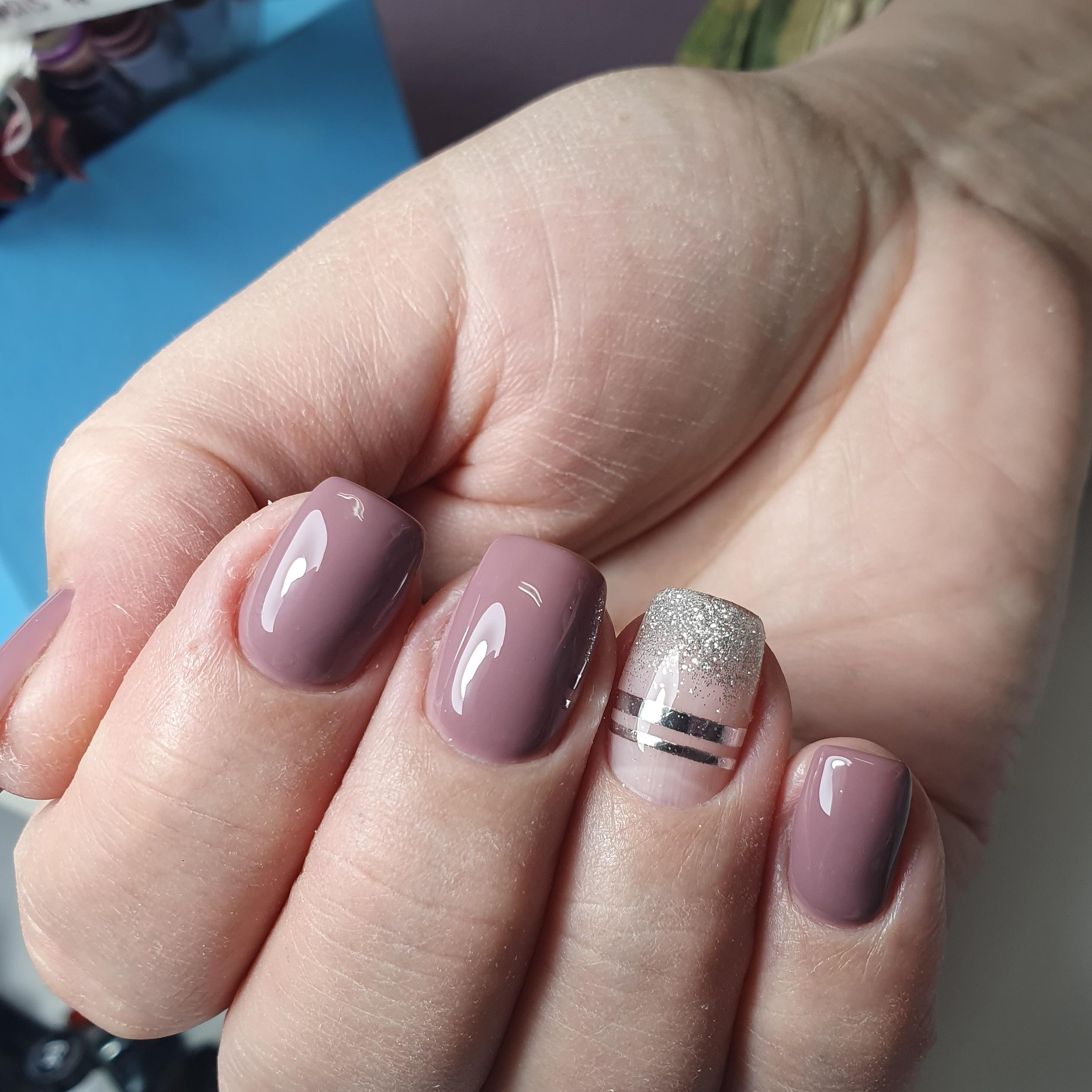 Маникюр с серебряными блестками и полосками в лиловом цвете.