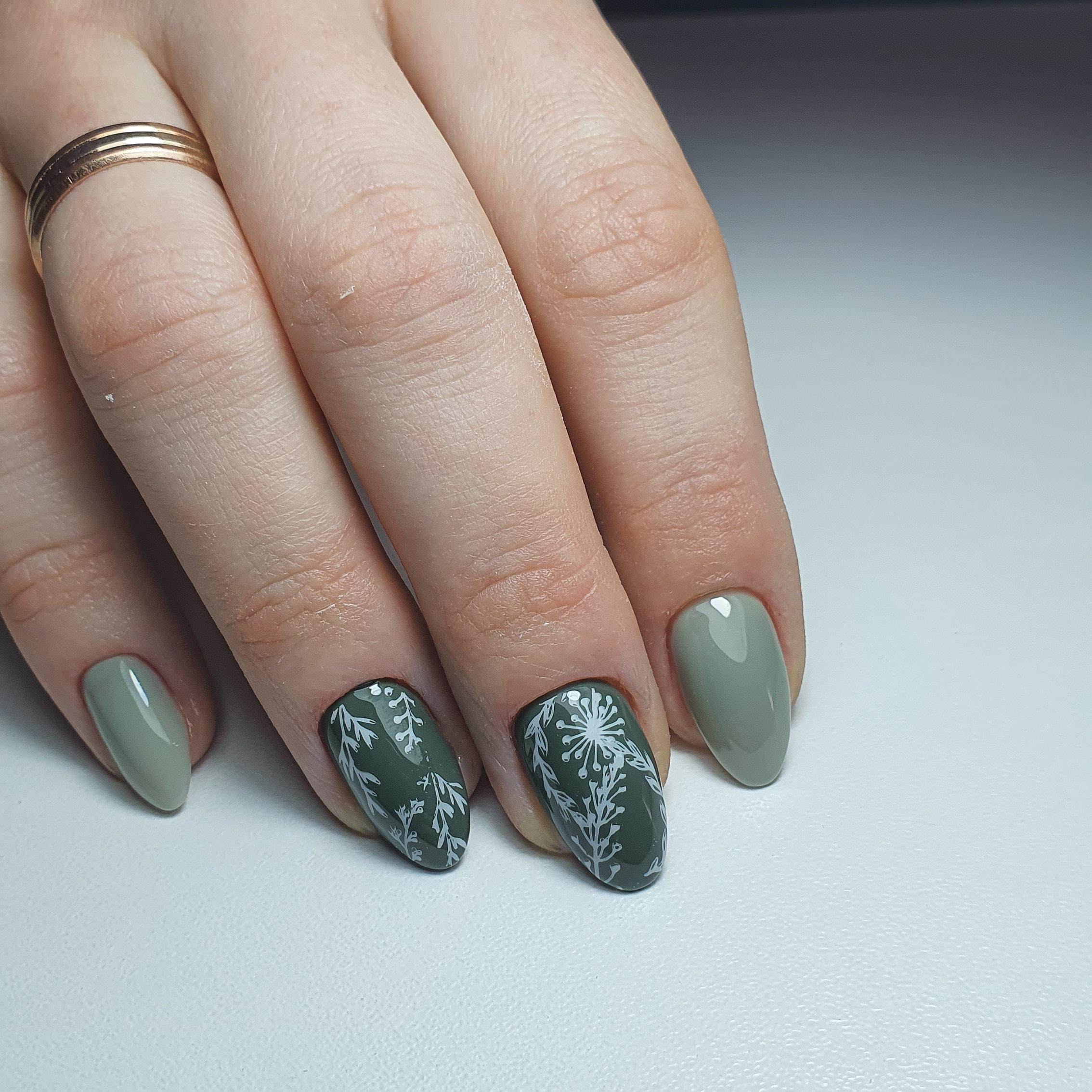 Маникюр с растительным слайдерами в оливковом цвете на короткие ногти.