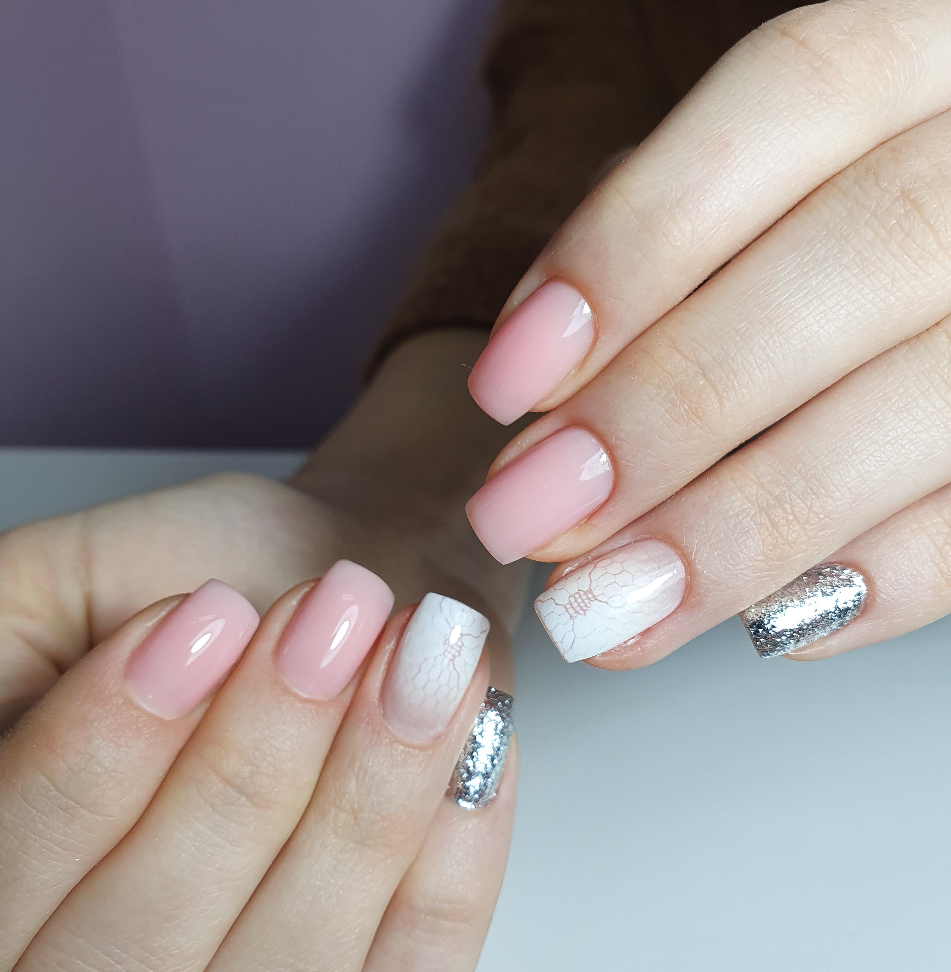 Маникюр с аэрографичным дизайном и серебряными блестками в розовом цвете.
