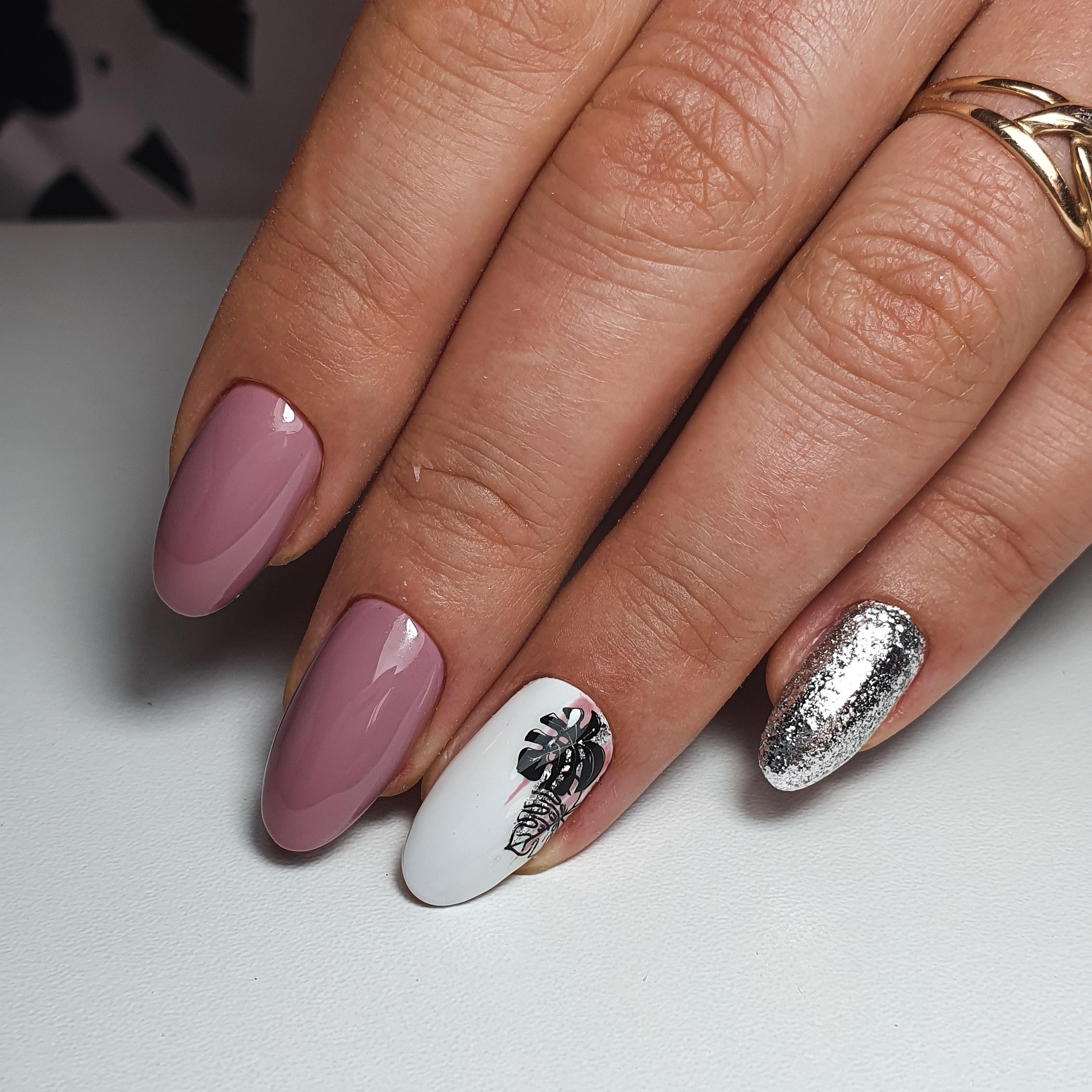 Маникюр с растительным слайдером и серебряными блестками в лиловом цвете на длинные ногти.