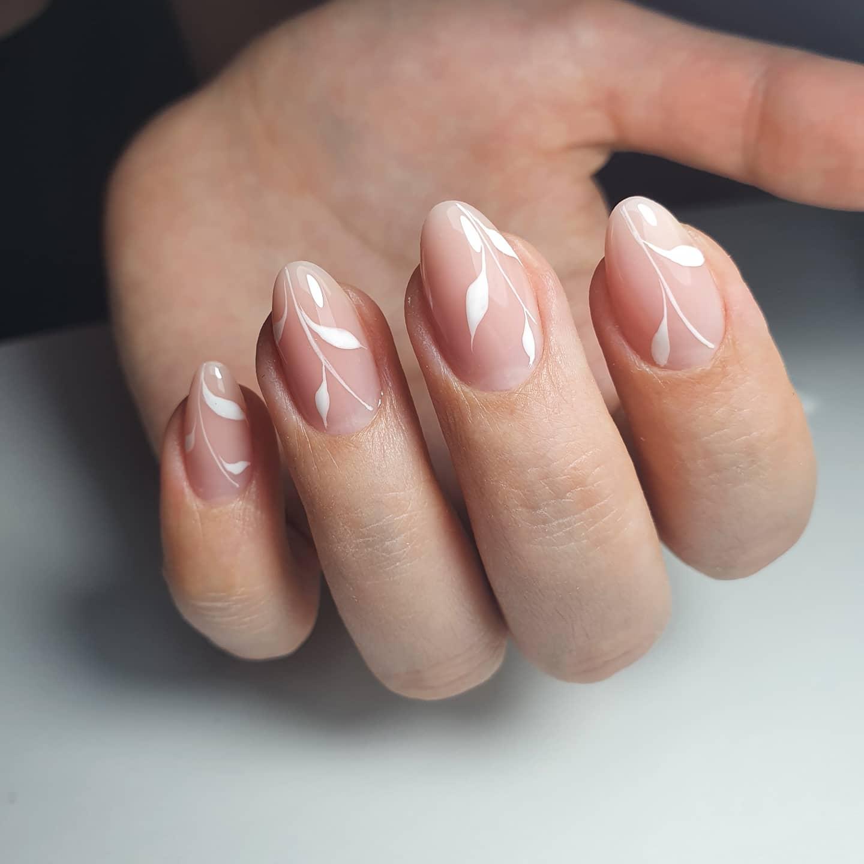 Нюдовый маникюр с растительным рисунком на короткие ногти.