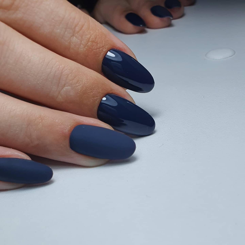 Маникюр с матовым дизайном в темно-синем цвете на длинные ногти.