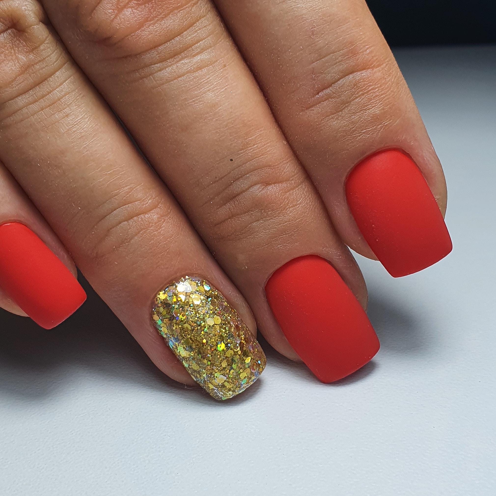 Матовый маникюр с золотыми камифубуки в красном цвете на короткие ногти.