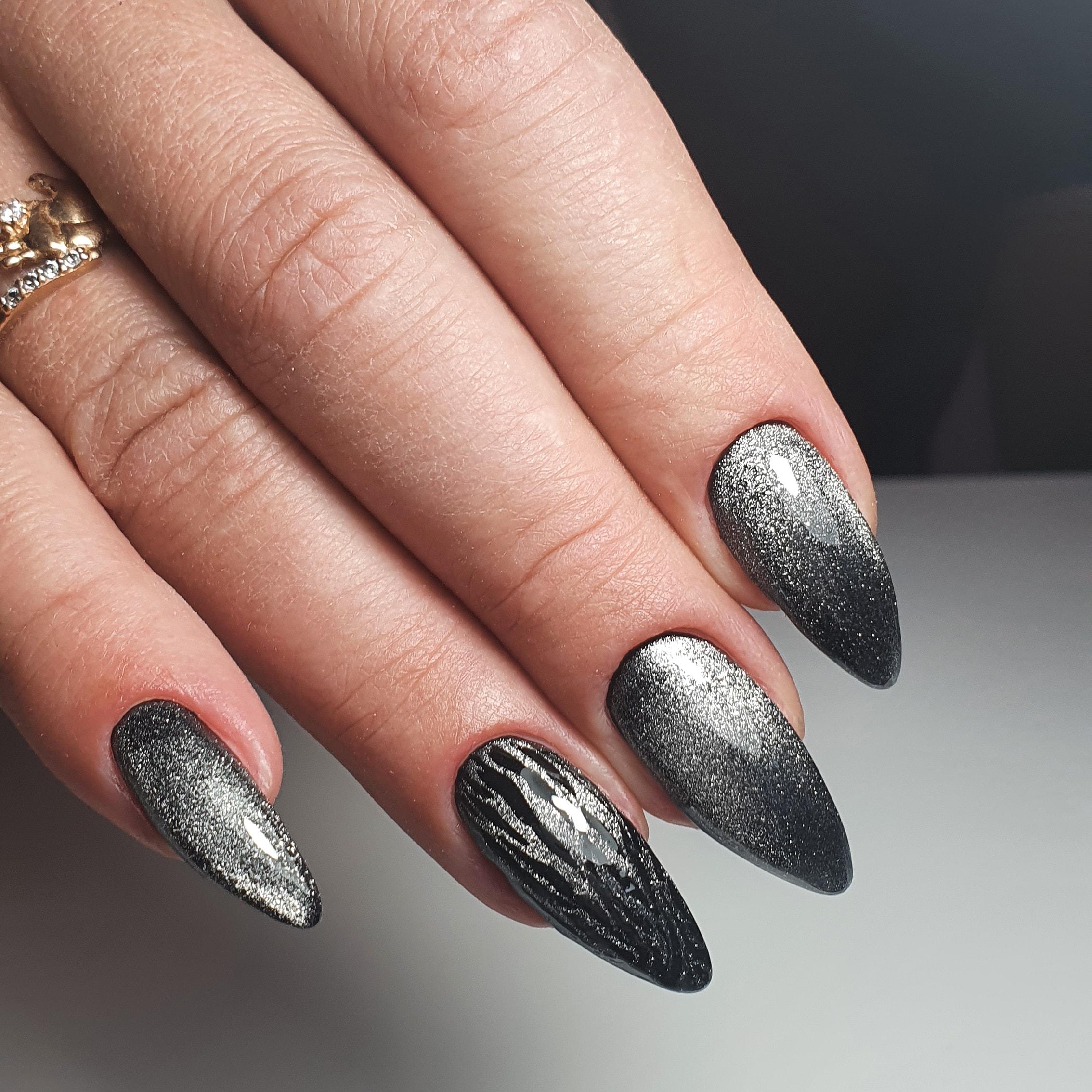 Маникюр с эффектом кошачий глаз в серебряном цвете на длинные ногти.