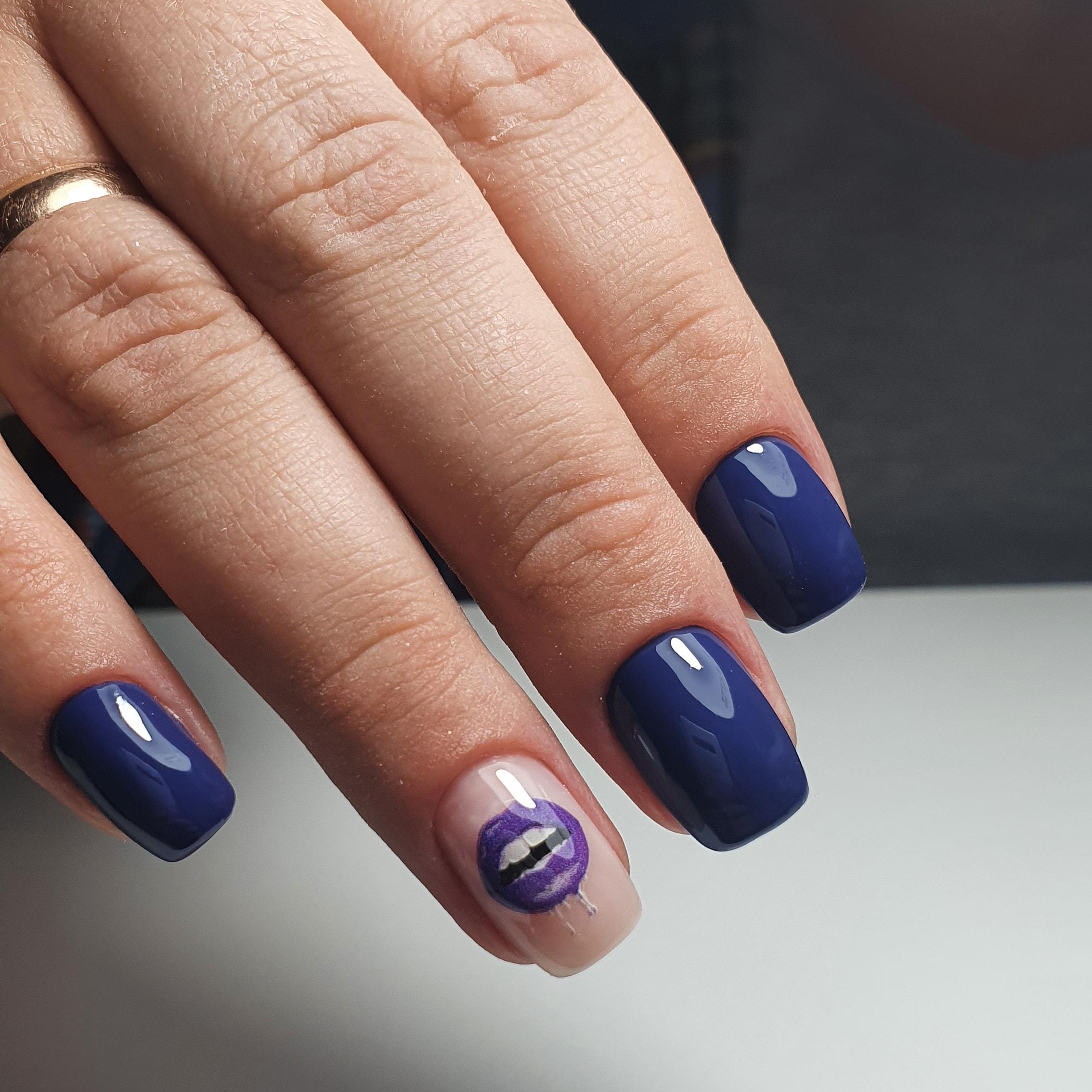 Маникюр со слайдером в синем цвете на короткие ногти.