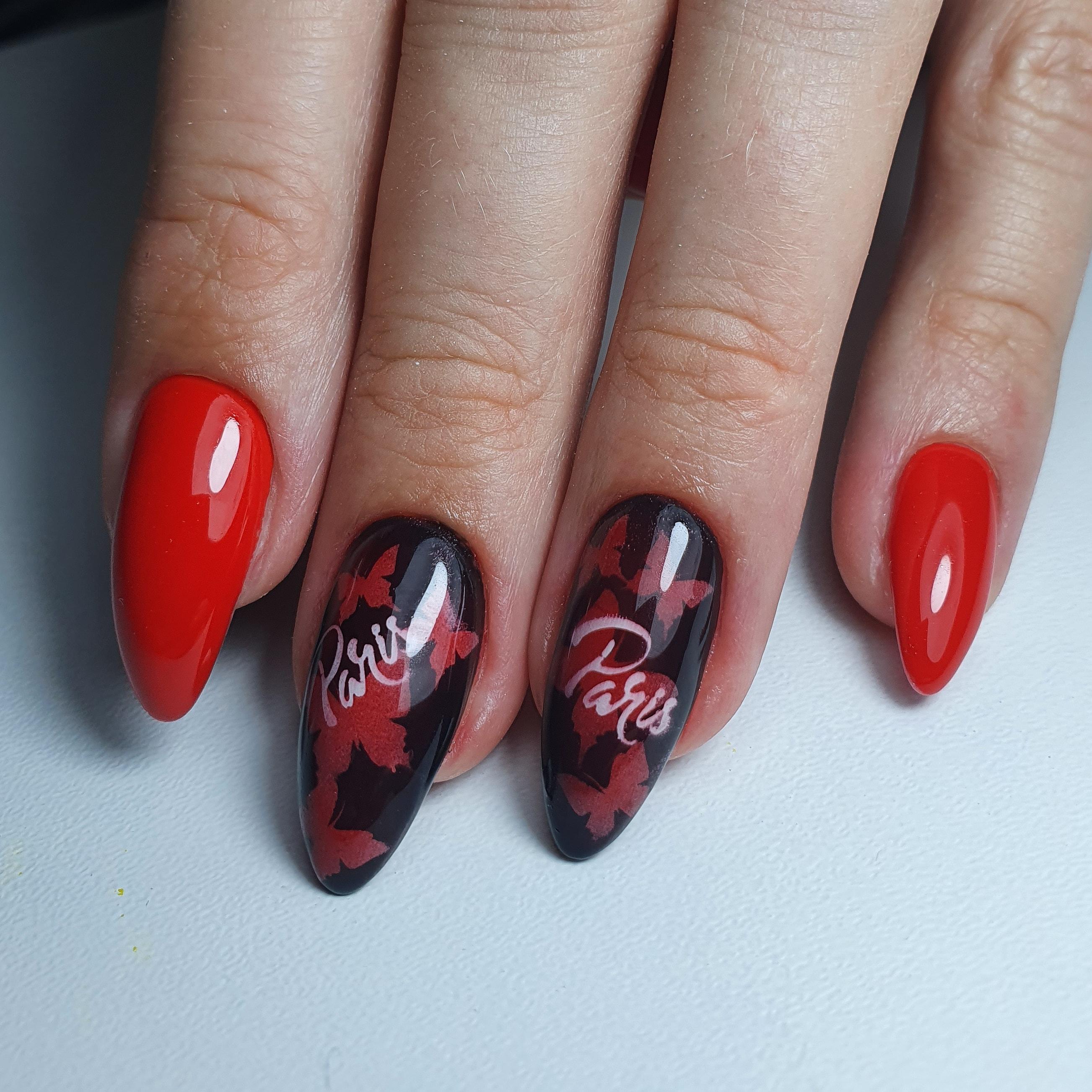 Маникюр с бабочками и надписями в красном цвете на длинные ногти.