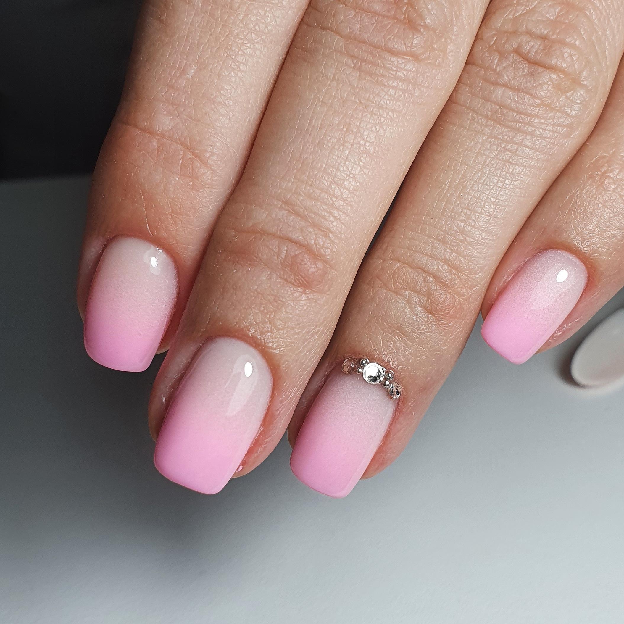 Маникюр с градиентом и стразами в розовом цвете на короткие ногти.