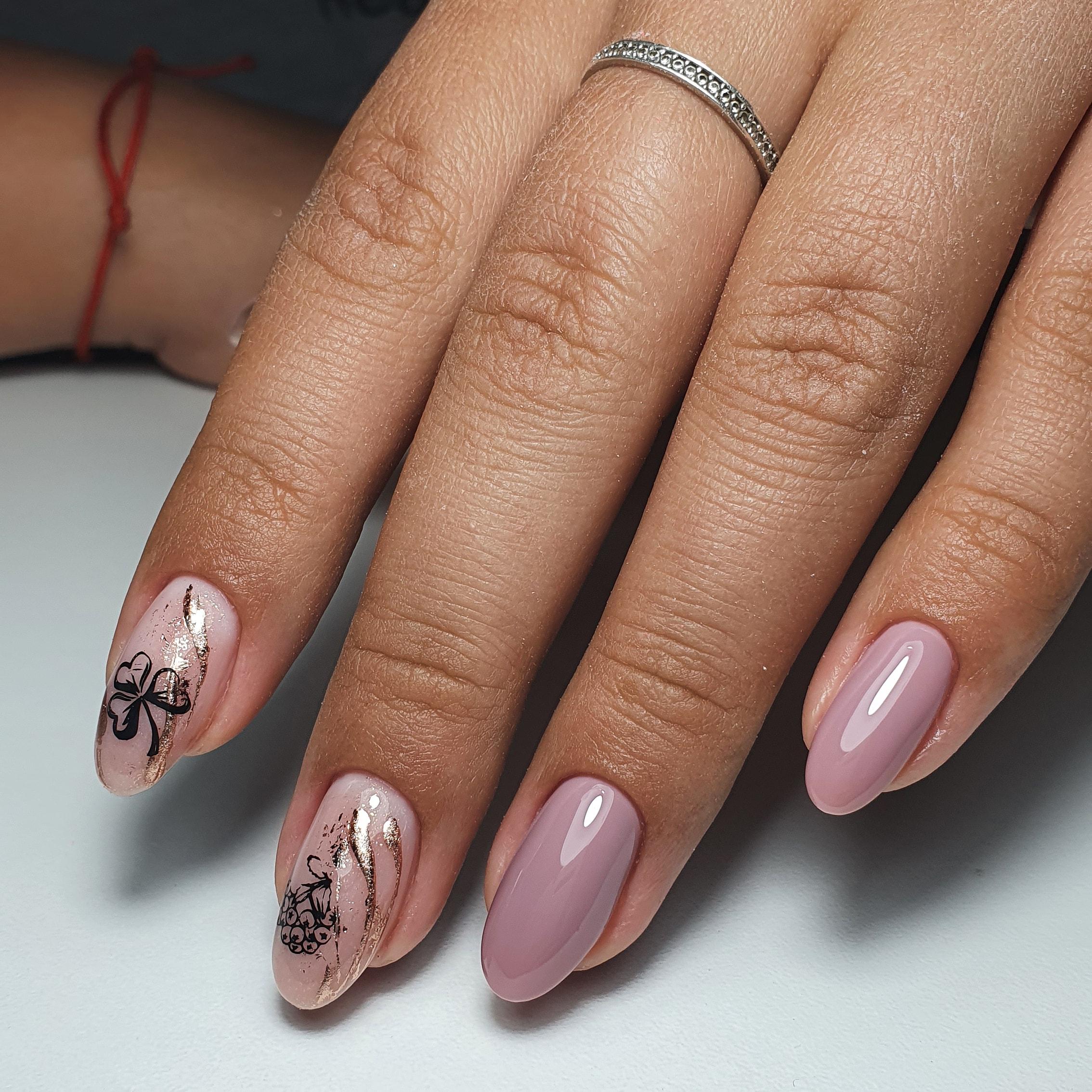 Маникюр с растительными слайдерами в сиреневом цвете на короткие ногти.