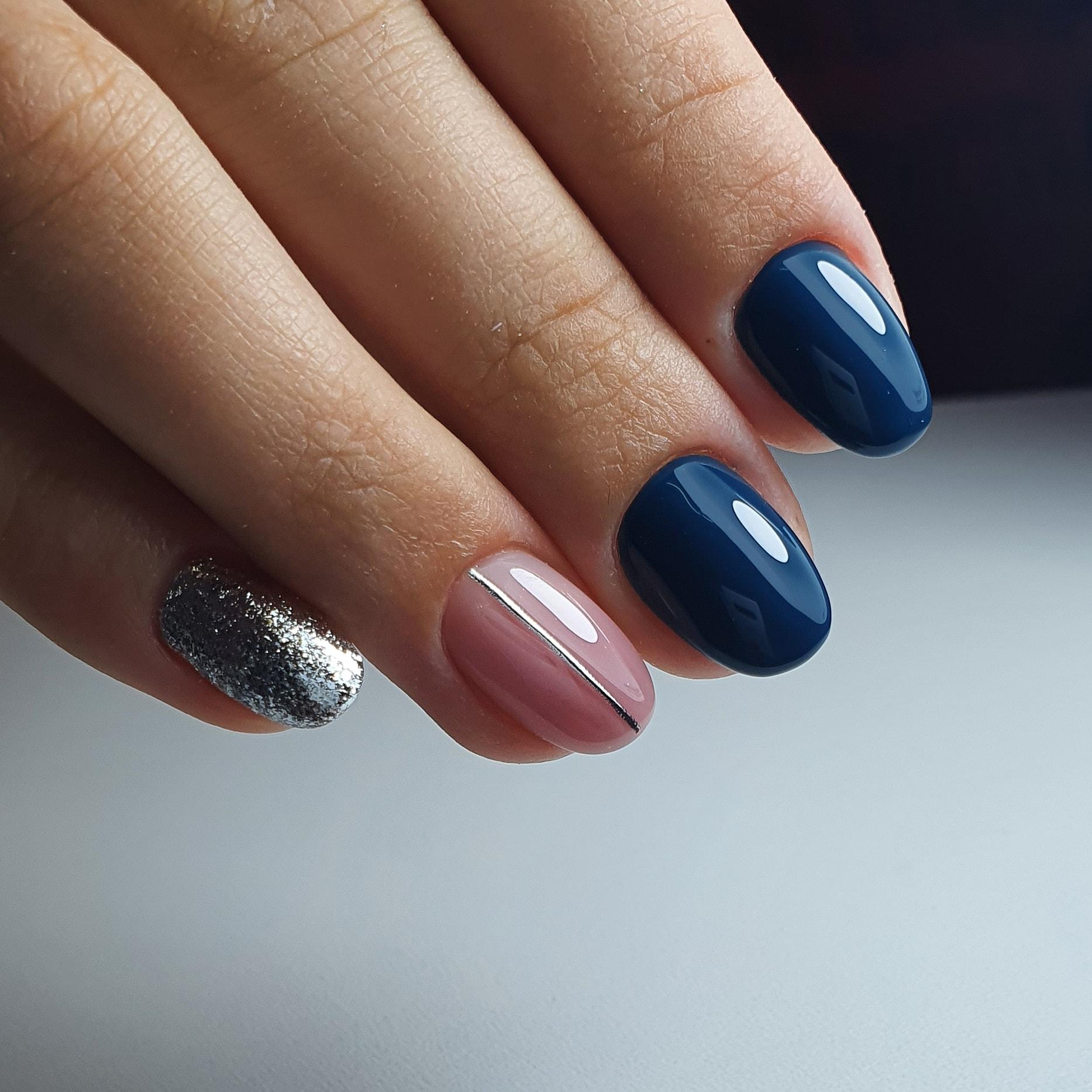 Маникюр с серебряными блестками и полосками в темно-синем цвете на короткие ногти.