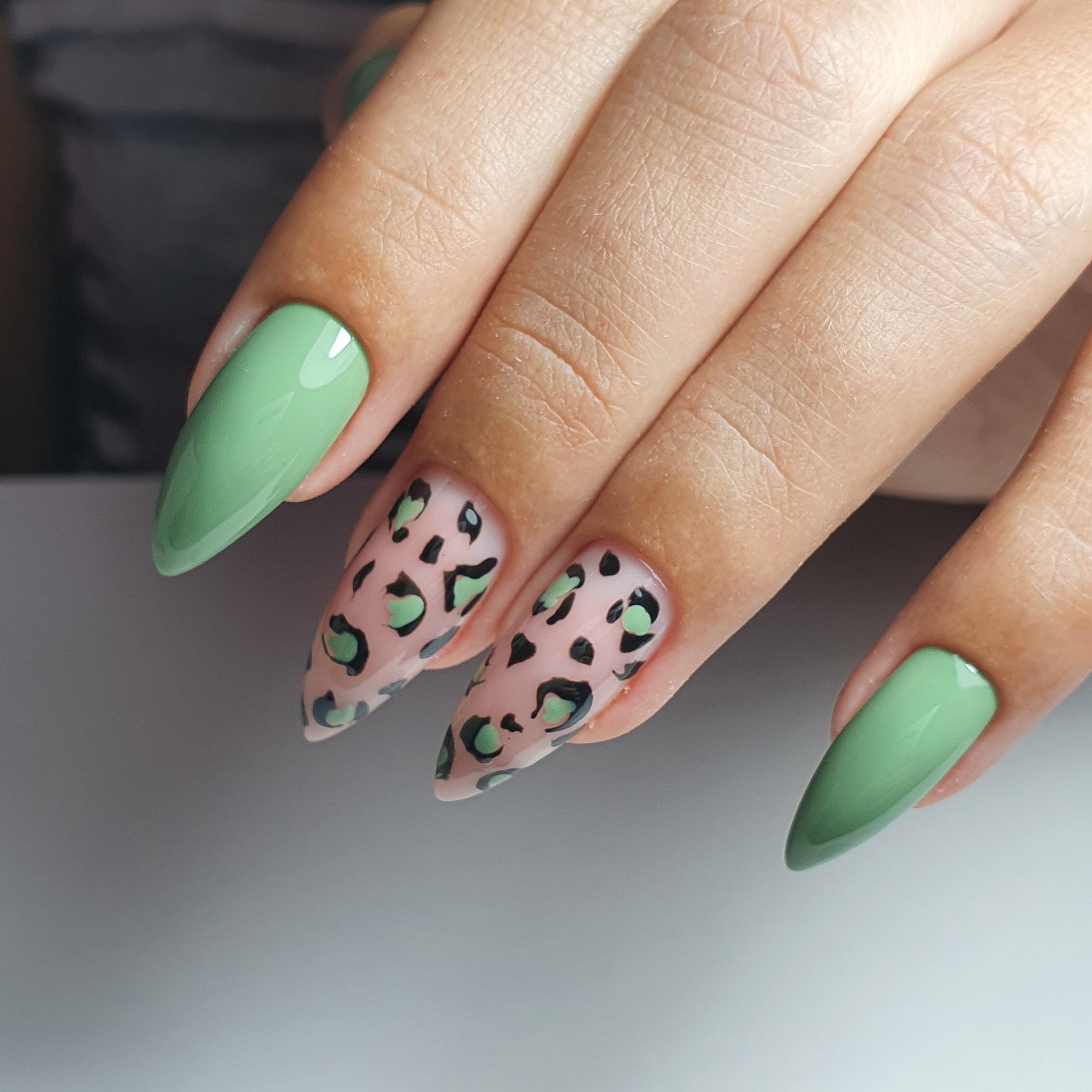 Маникюр с леопардовым принтом в фисташковом цвете на длинные ногти.
